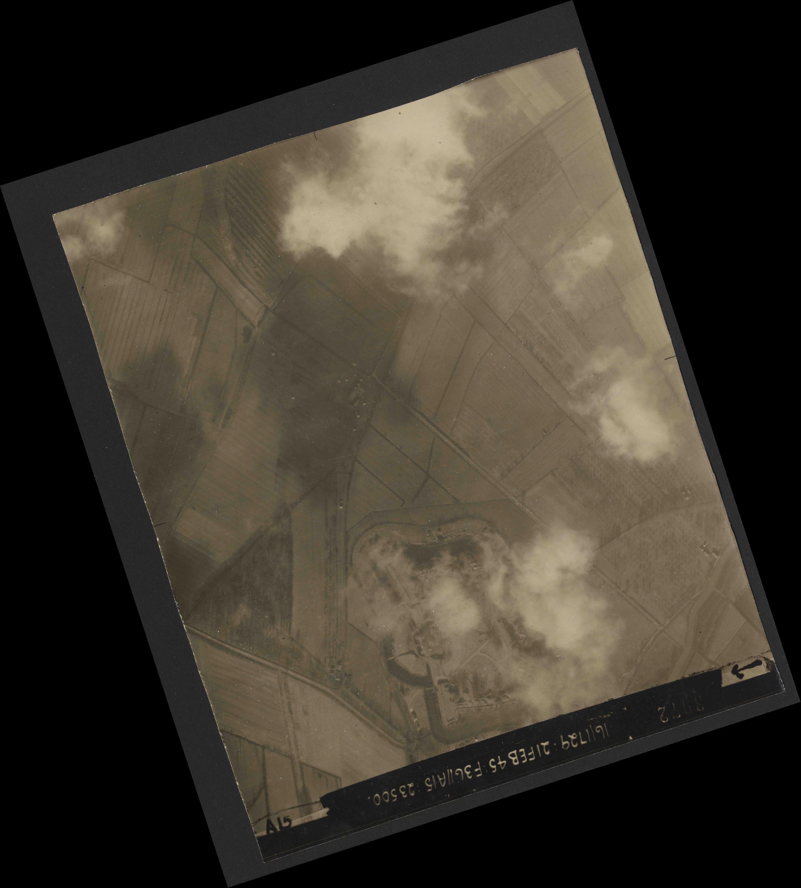 Collection RAF aerial photos 1940-1945 - flight 127, run 06, photo 3072