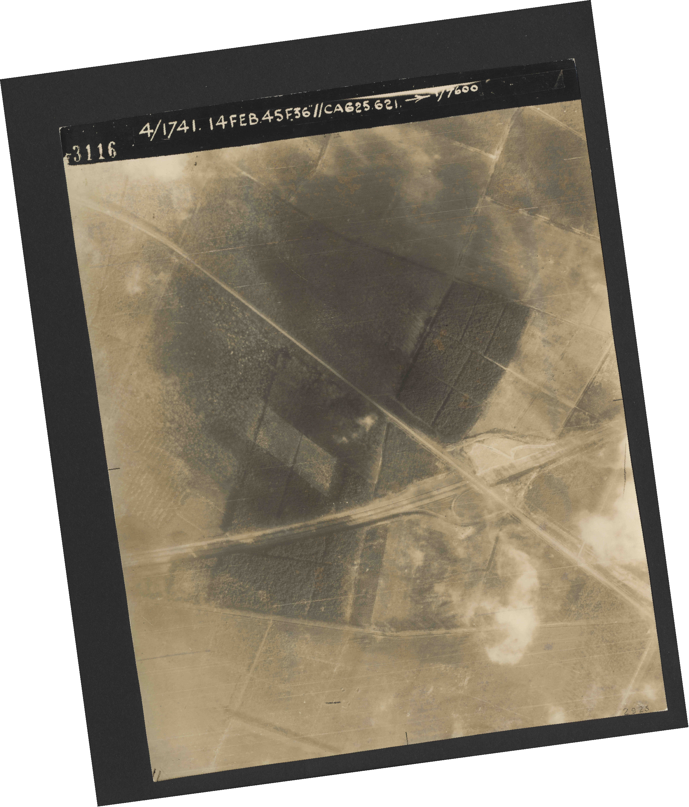 Collection RAF aerial photos 1940-1945 - flight 132, run 01, photo 3116