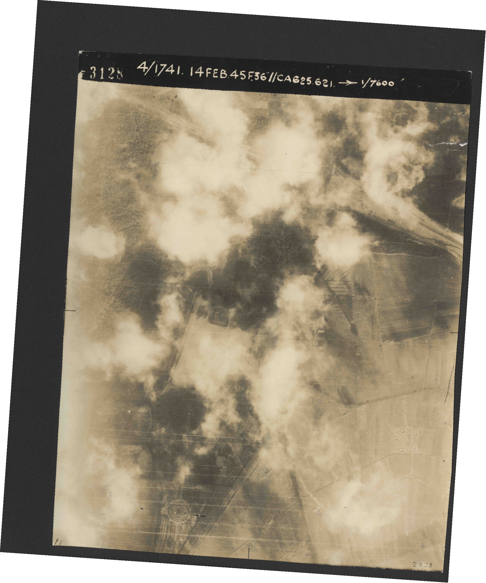 Collection RAF aerial photos 1940-1945 - flight 132, run 01, photo 3128