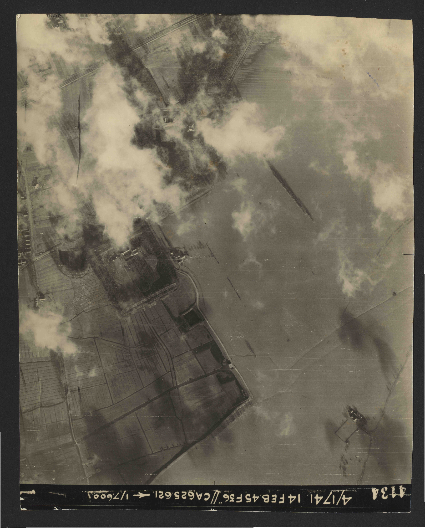 Collection RAF aerial photos 1940-1945 - flight 132, run 03, photo 4134