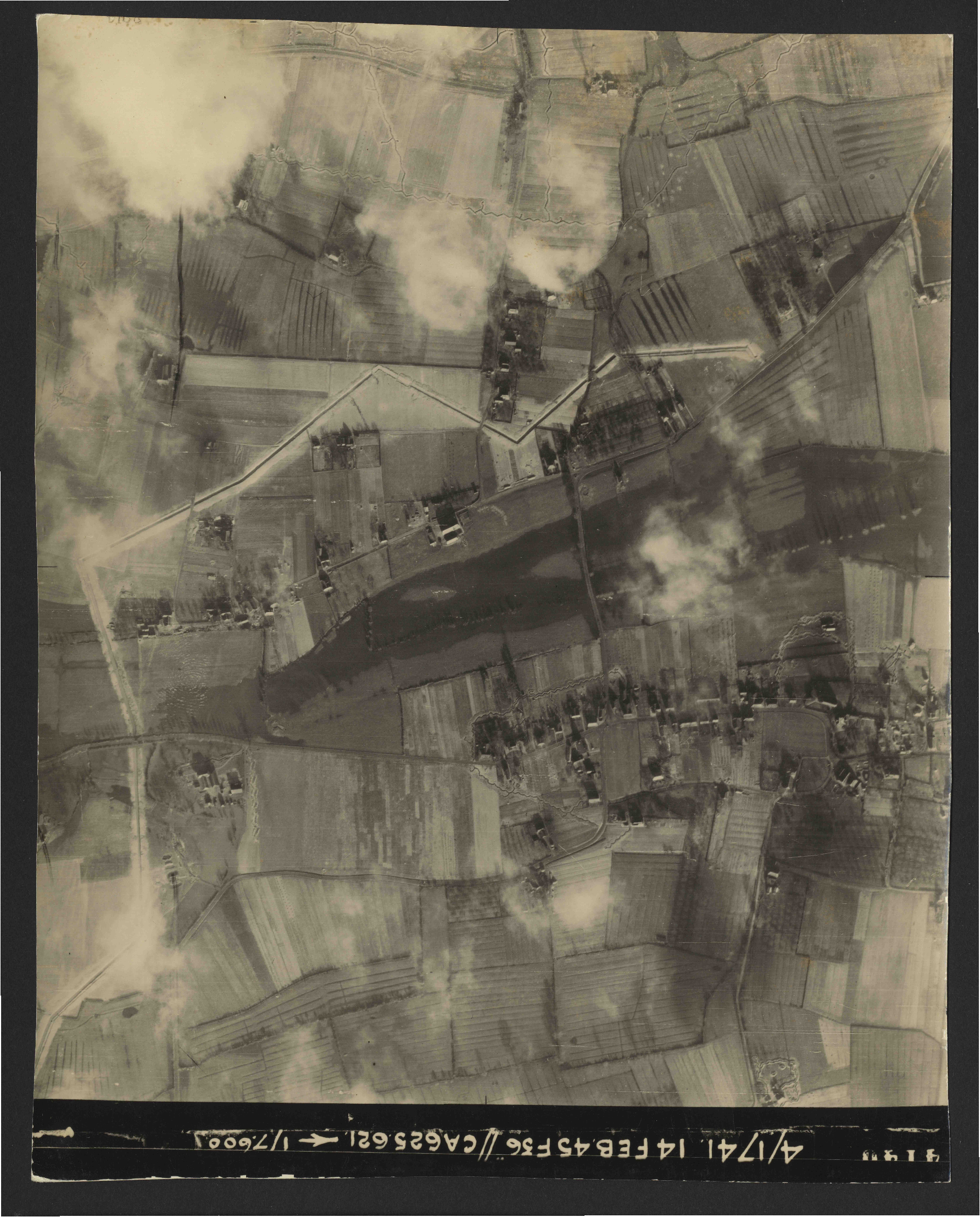 Collection RAF aerial photos 1940-1945 - flight 132, run 03, photo 4146
