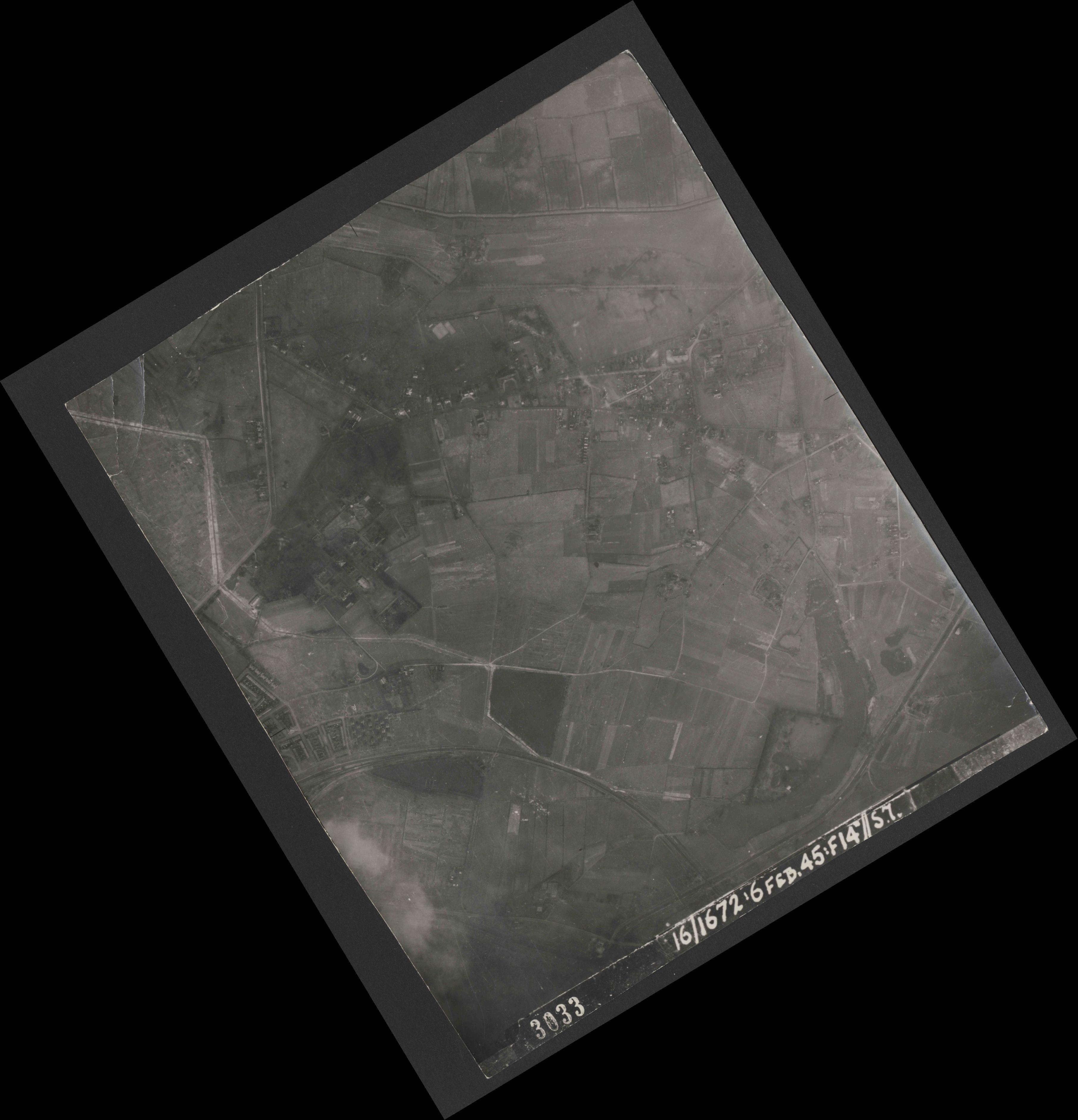 Collection RAF aerial photos 1940-1945 - flight 155, run 02, photo 3033