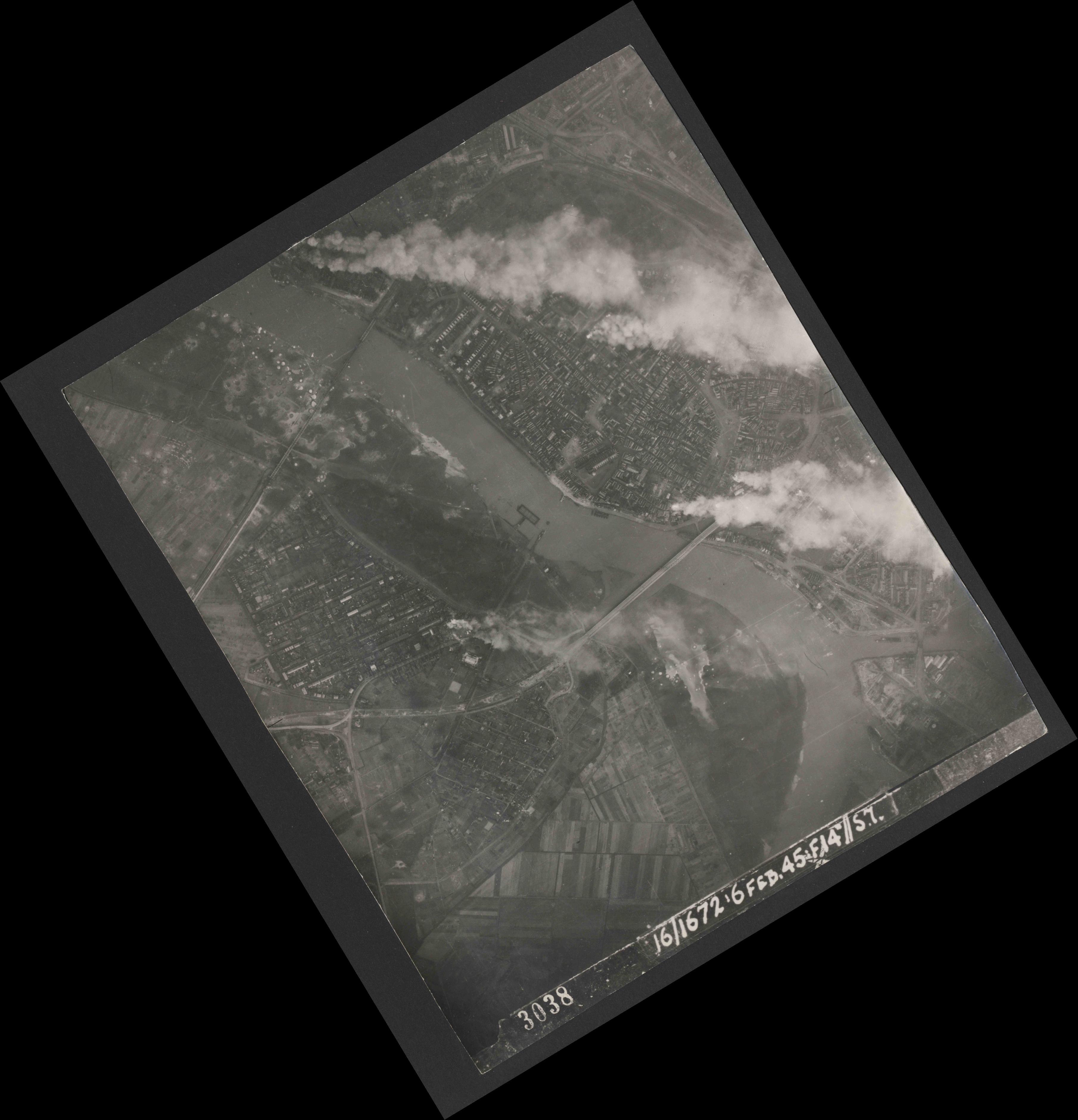 Collection RAF aerial photos 1940-1945 - flight 155, run 02, photo 3038