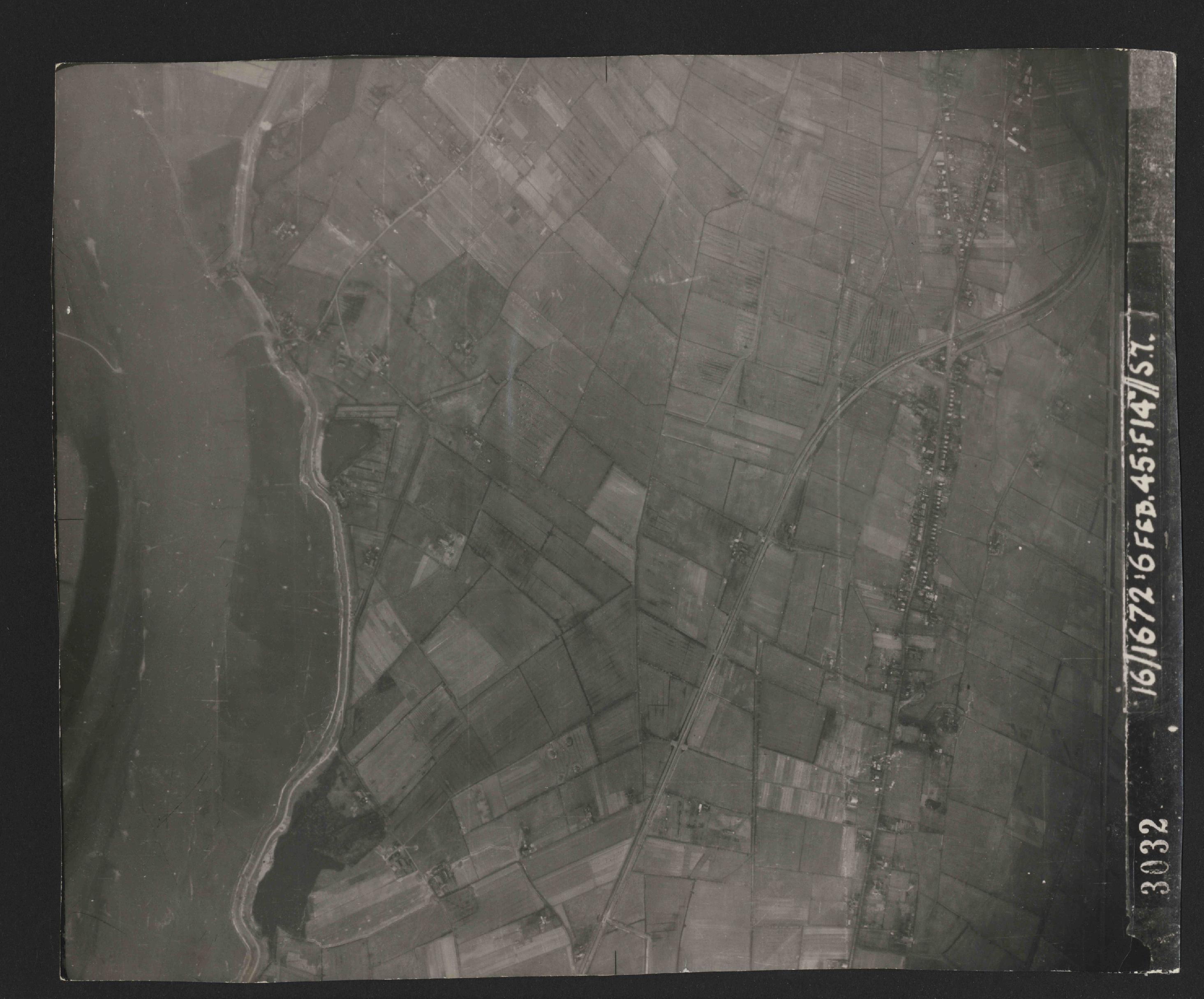 Collection RAF aerial photos 1940-1945 - flight 157, run 05, photo 3032
