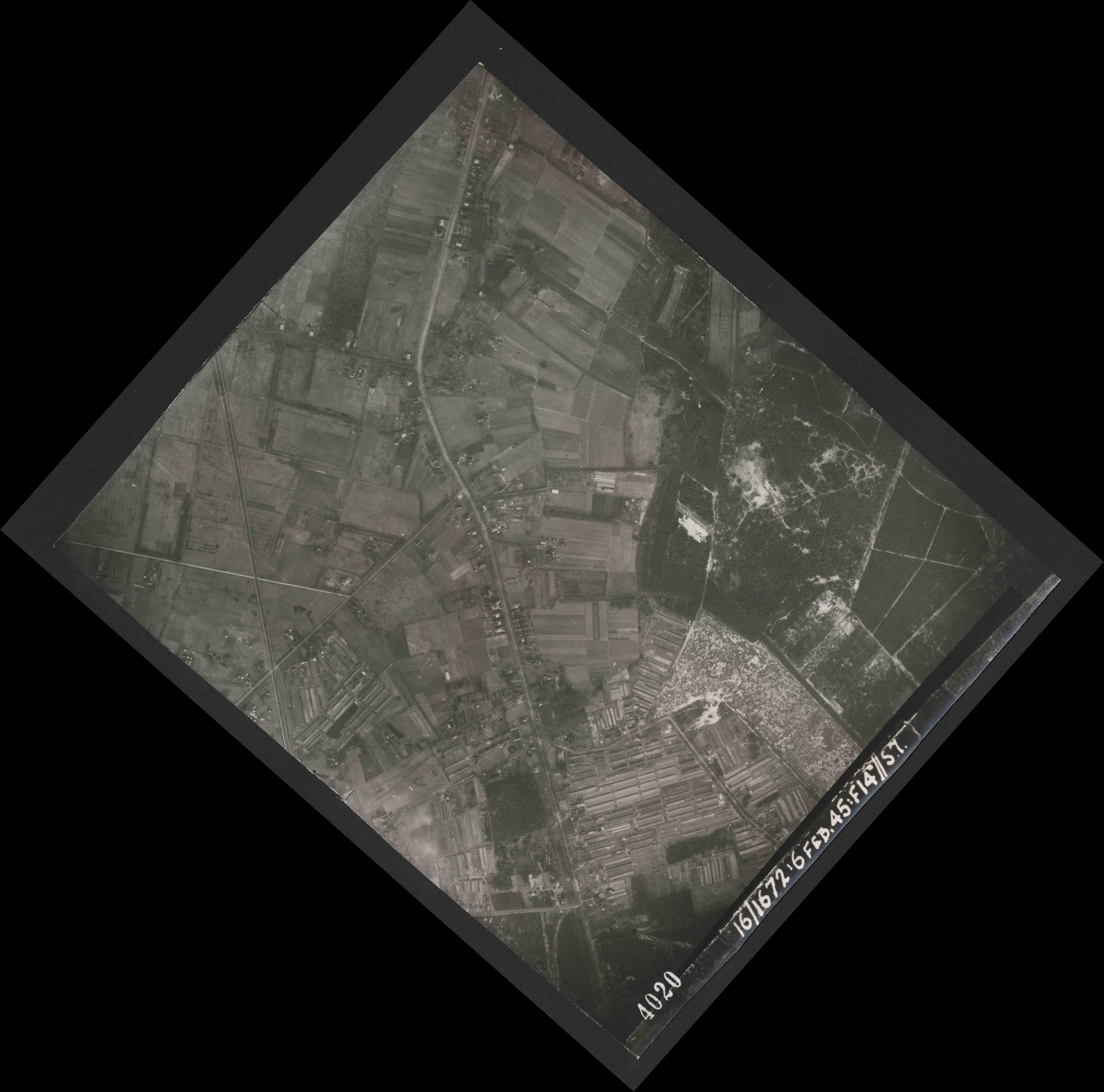 Collection RAF aerial photos 1940-1945 - flight 158, run 02, photo 4020
