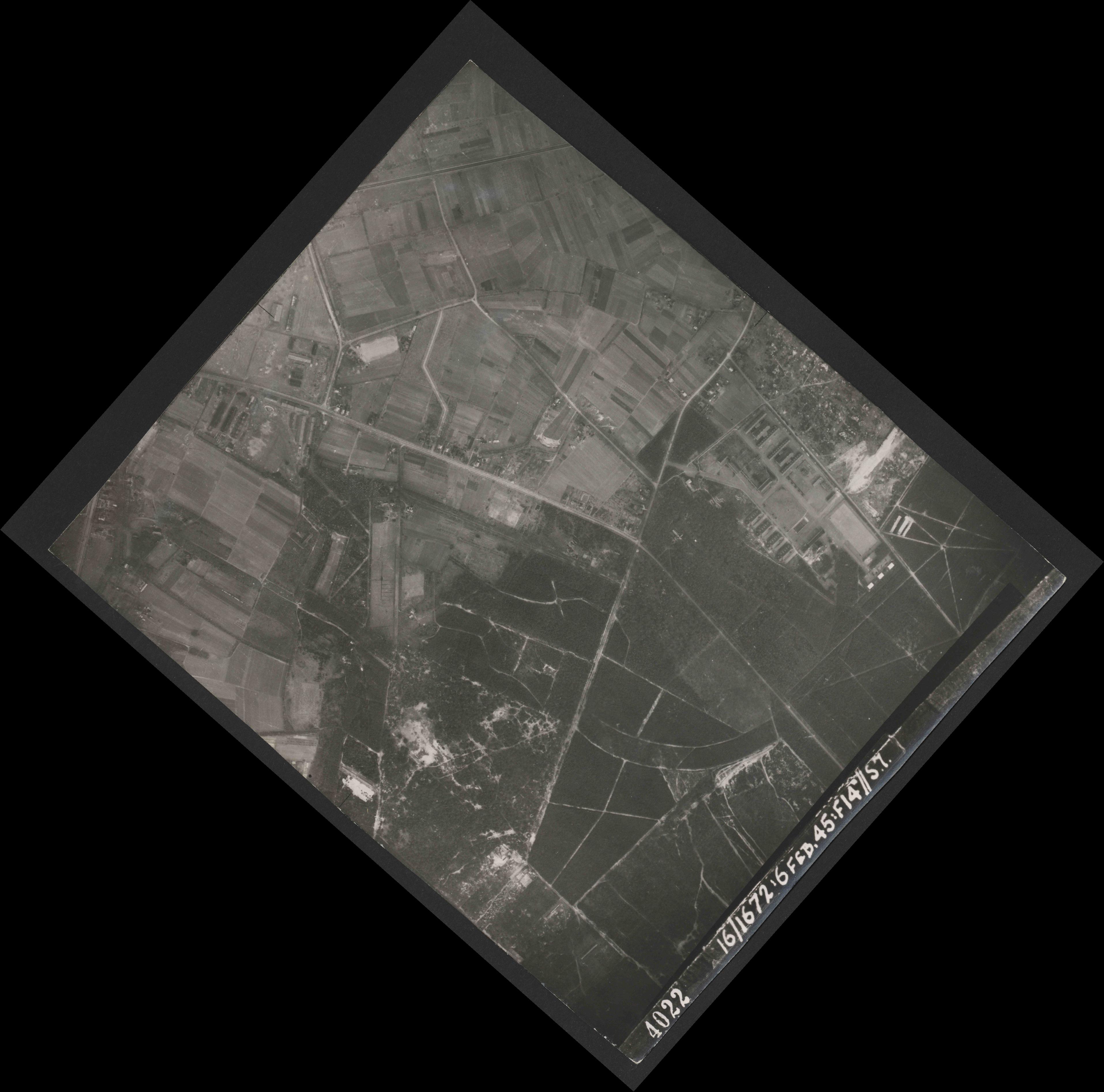 Collection RAF aerial photos 1940-1945 - flight 158, run 02, photo 4022