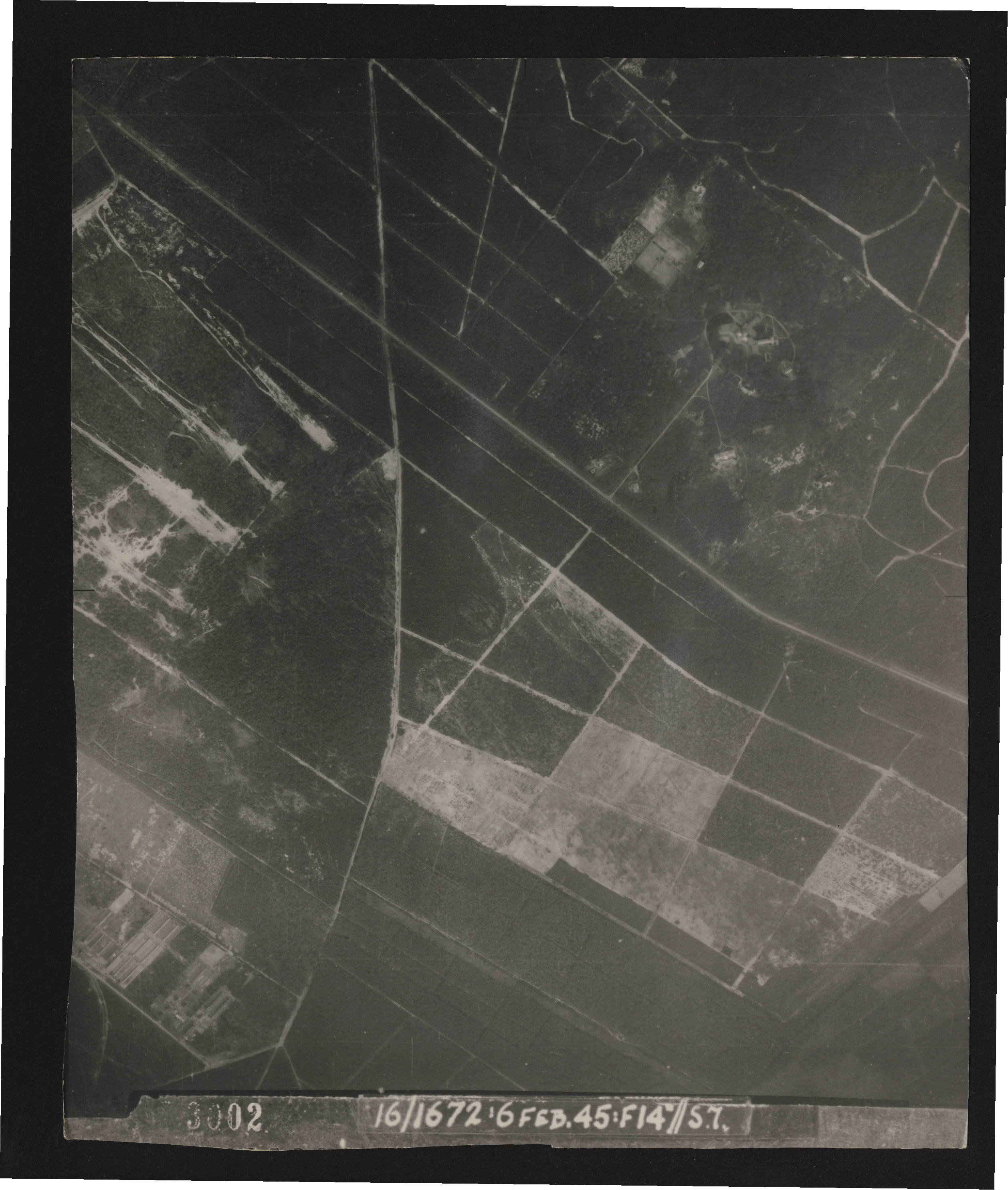 Collection RAF aerial photos 1940-1945 - flight 158, run 04, photo 3002