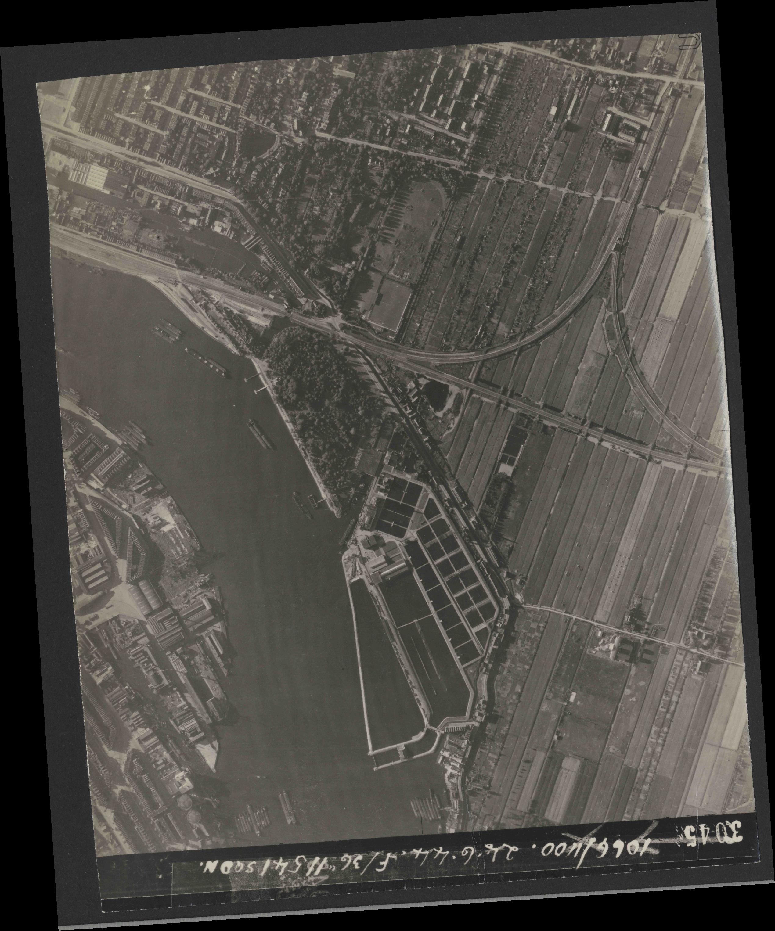 Collection RAF aerial photos 1940-1945 - flight 160, run 02, photo 3045