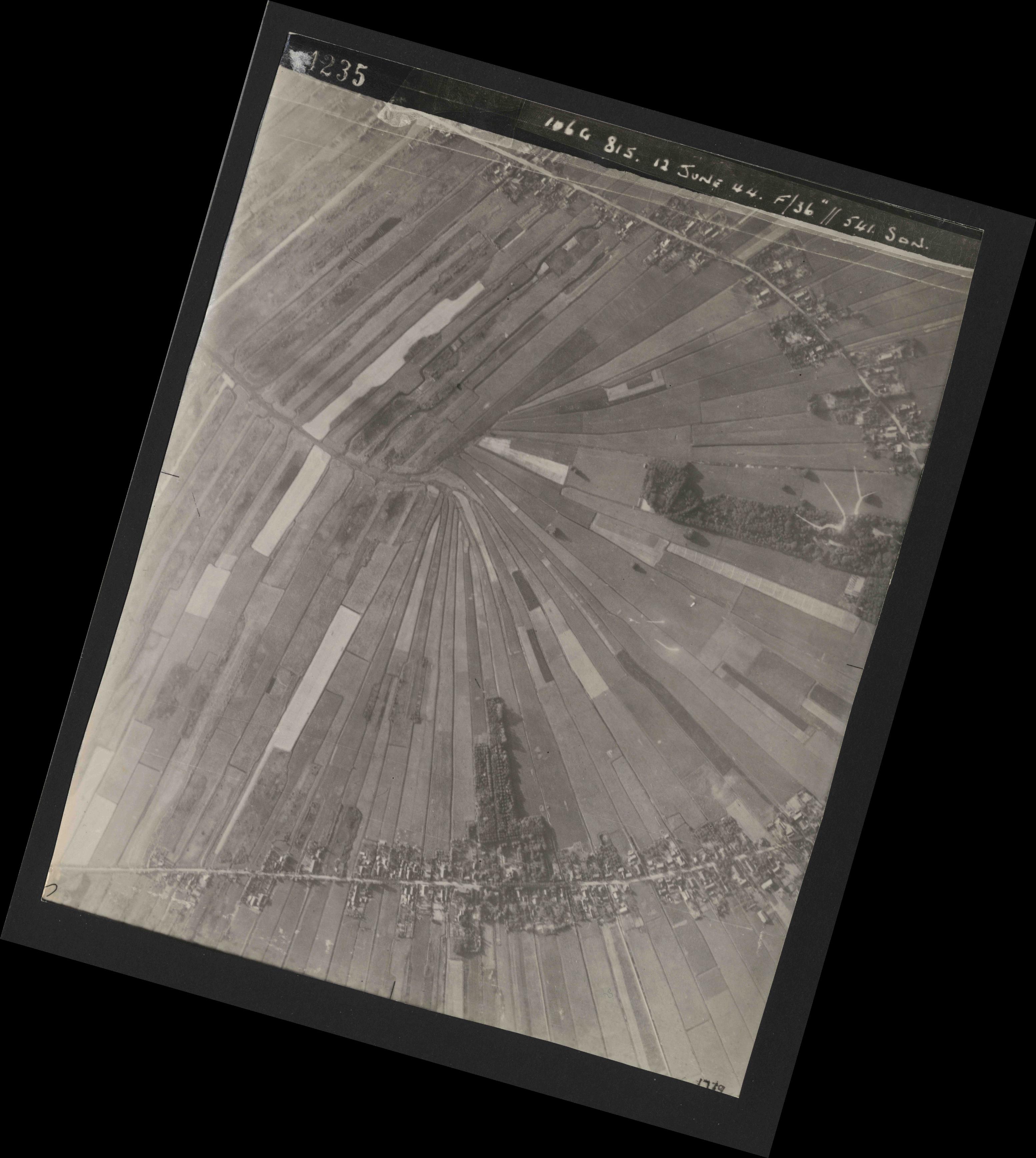Collection RAF aerial photos 1940-1945 - flight 175, run 08, photo 4235