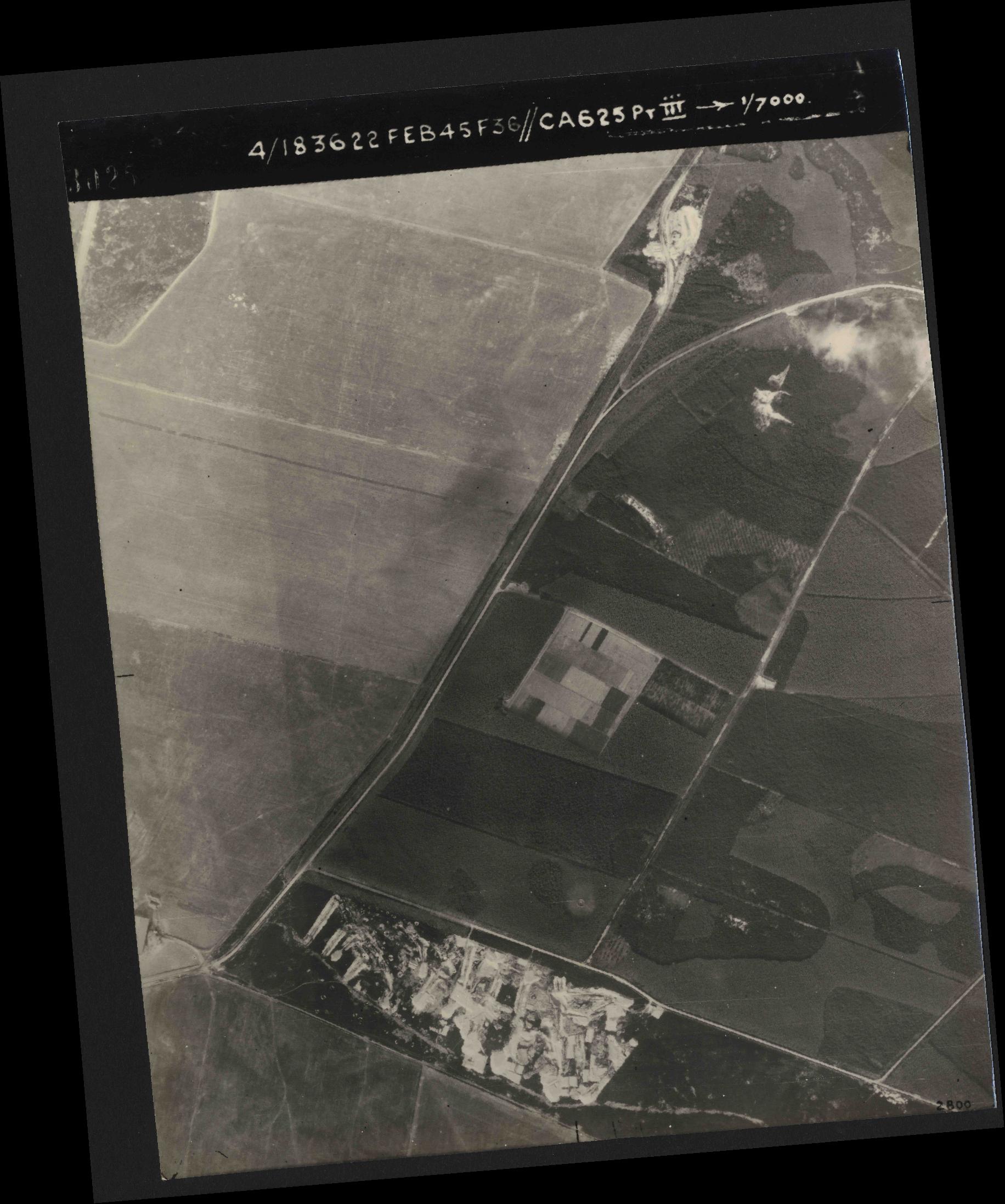 Collection RAF aerial photos 1940-1945 - flight 204, run 01, photo 3025