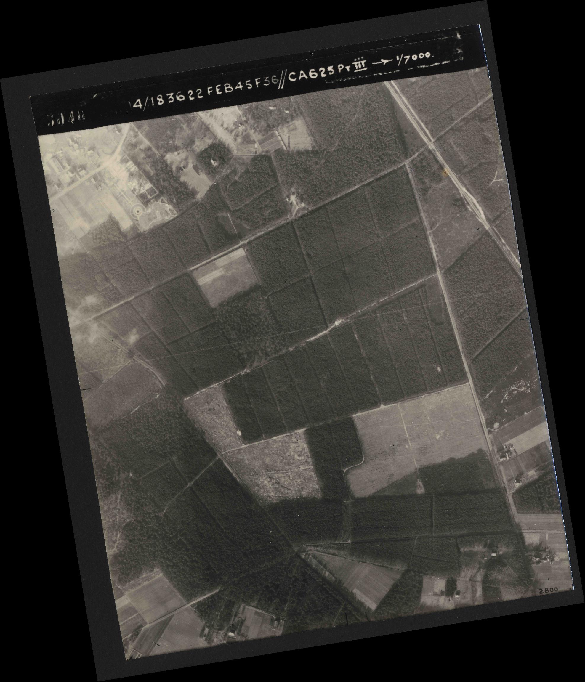 Collection RAF aerial photos 1940-1945 - flight 204, run 01, photo 3040