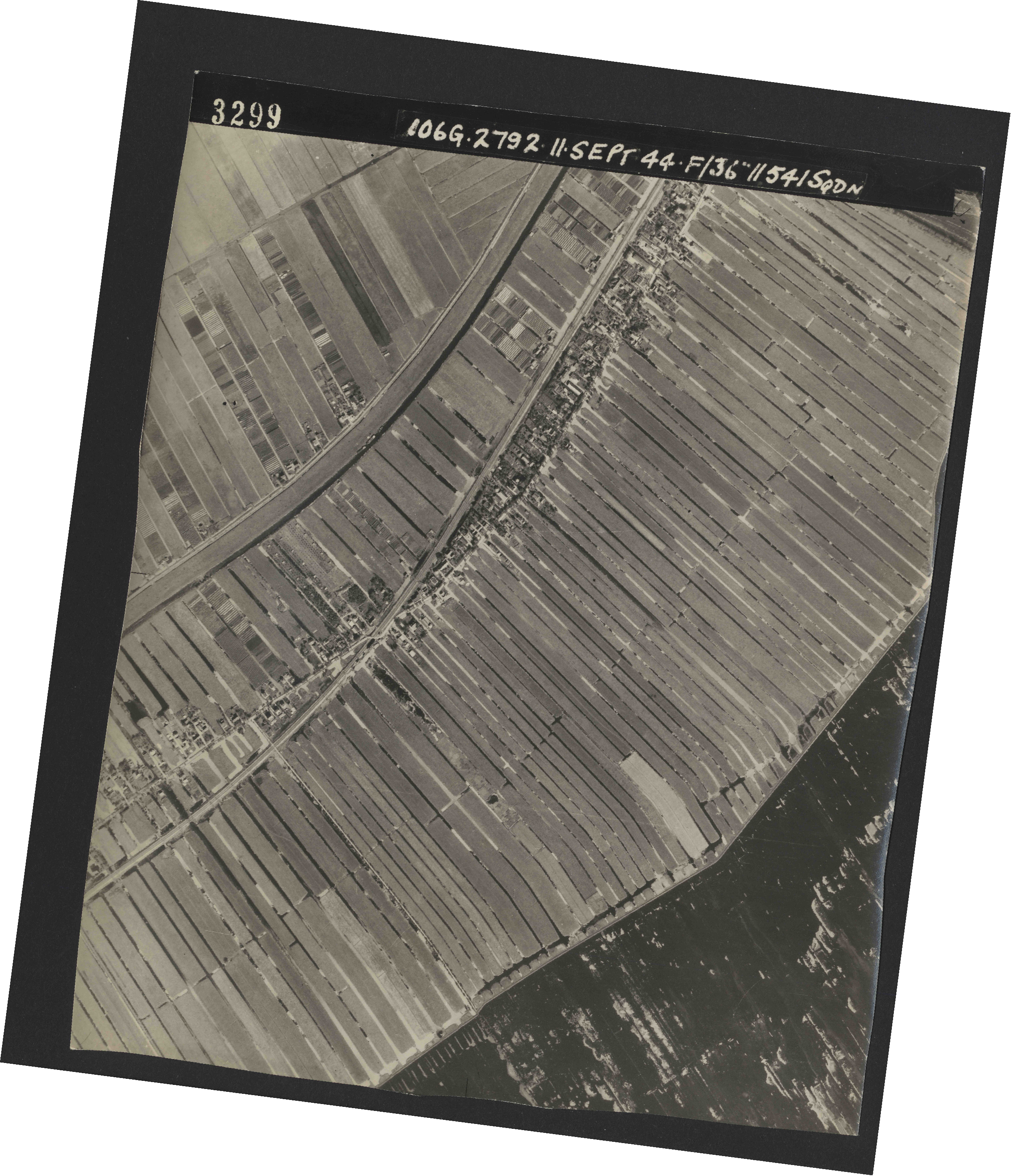 Collection RAF aerial photos 1940-1945 - flight 223, run 13, photo 3299