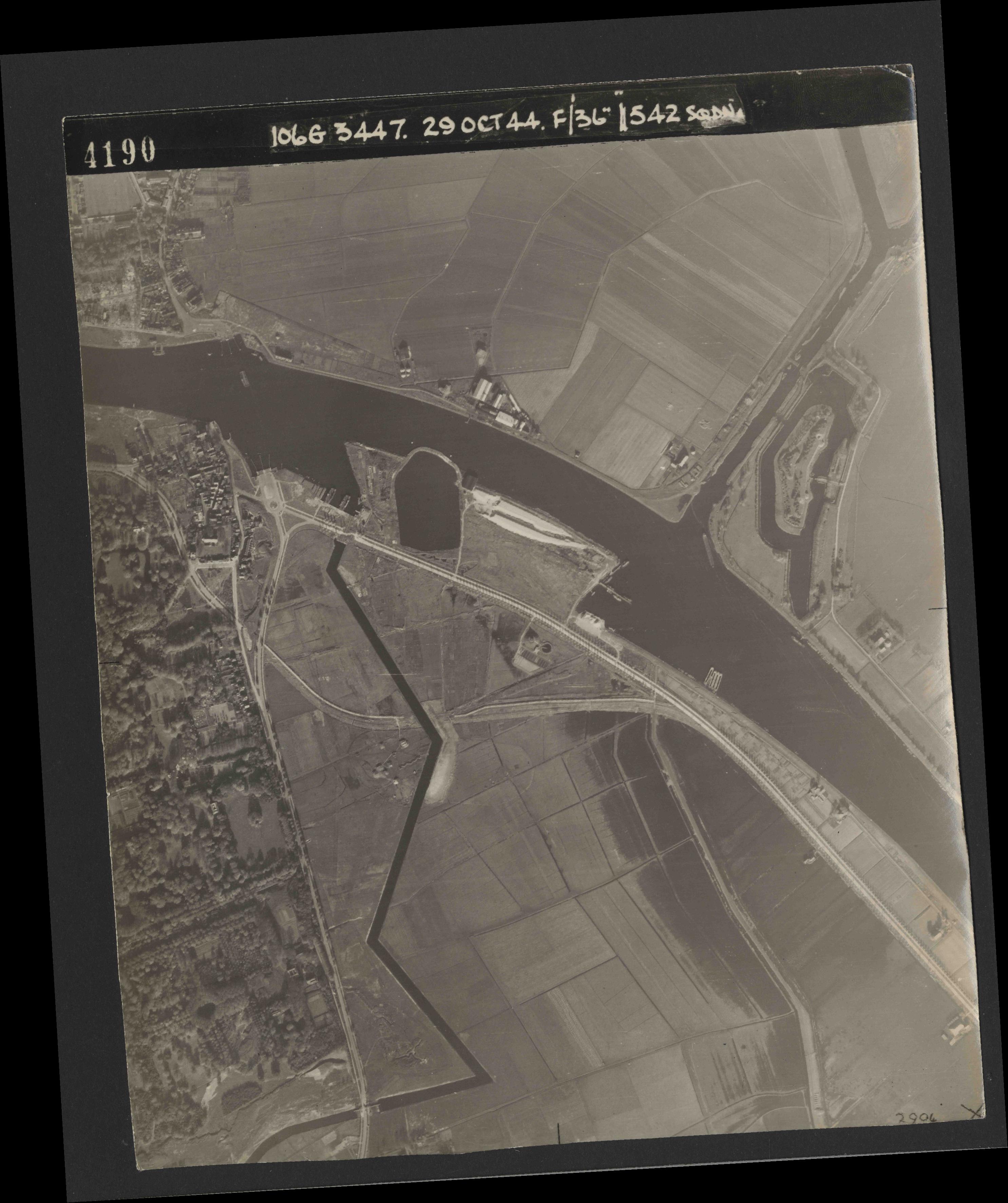 Collection RAF aerial photos 1940-1945 - flight 236, run 01, photo 4190