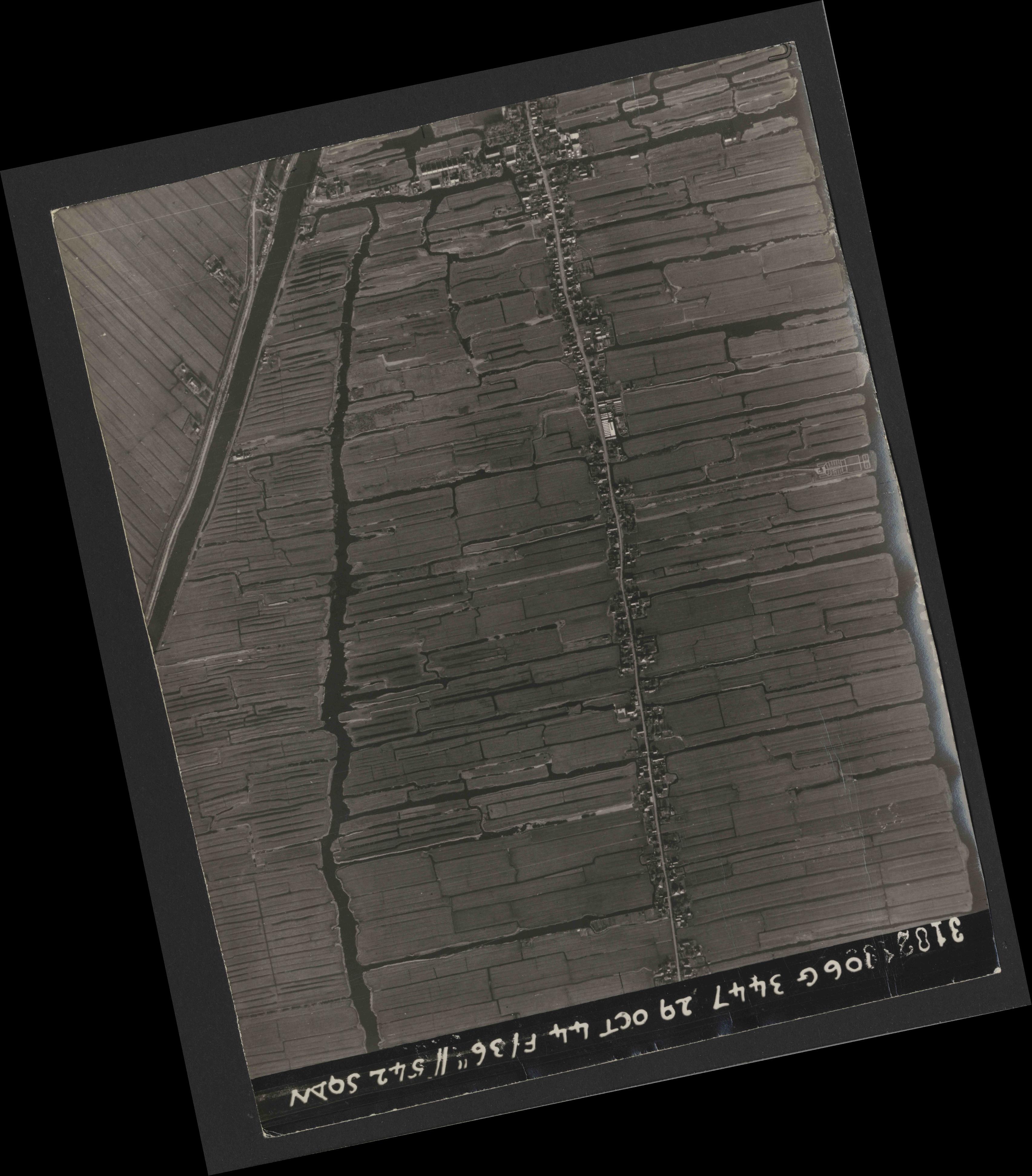 Collection RAF aerial photos 1940-1945 - flight 236, run 02, photo 3182