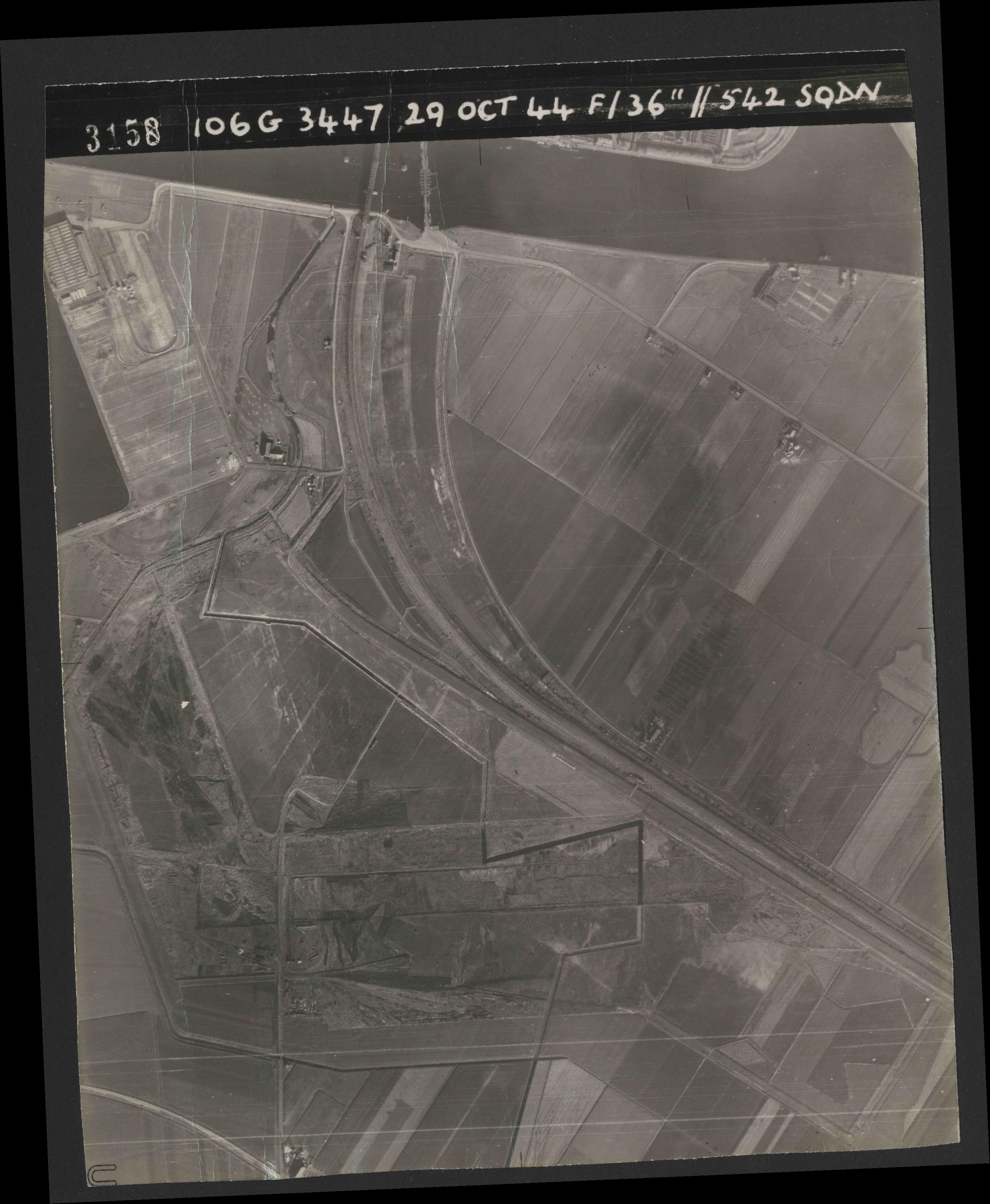 Collection RAF aerial photos 1940-1945 - flight 236, run 05, photo 3158