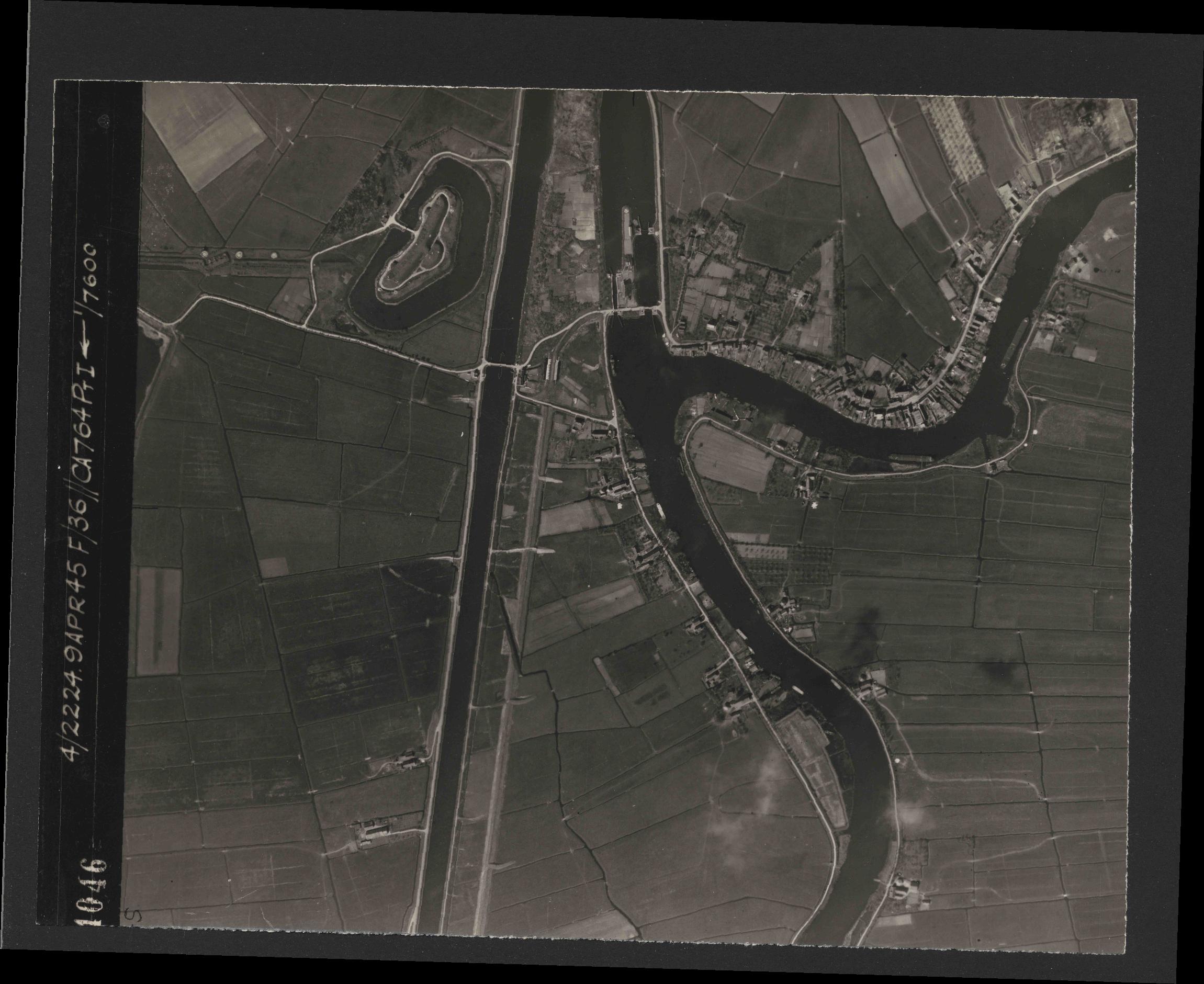 Collection RAF aerial photos 1940-1945 - flight 271, run 07, photo 4046