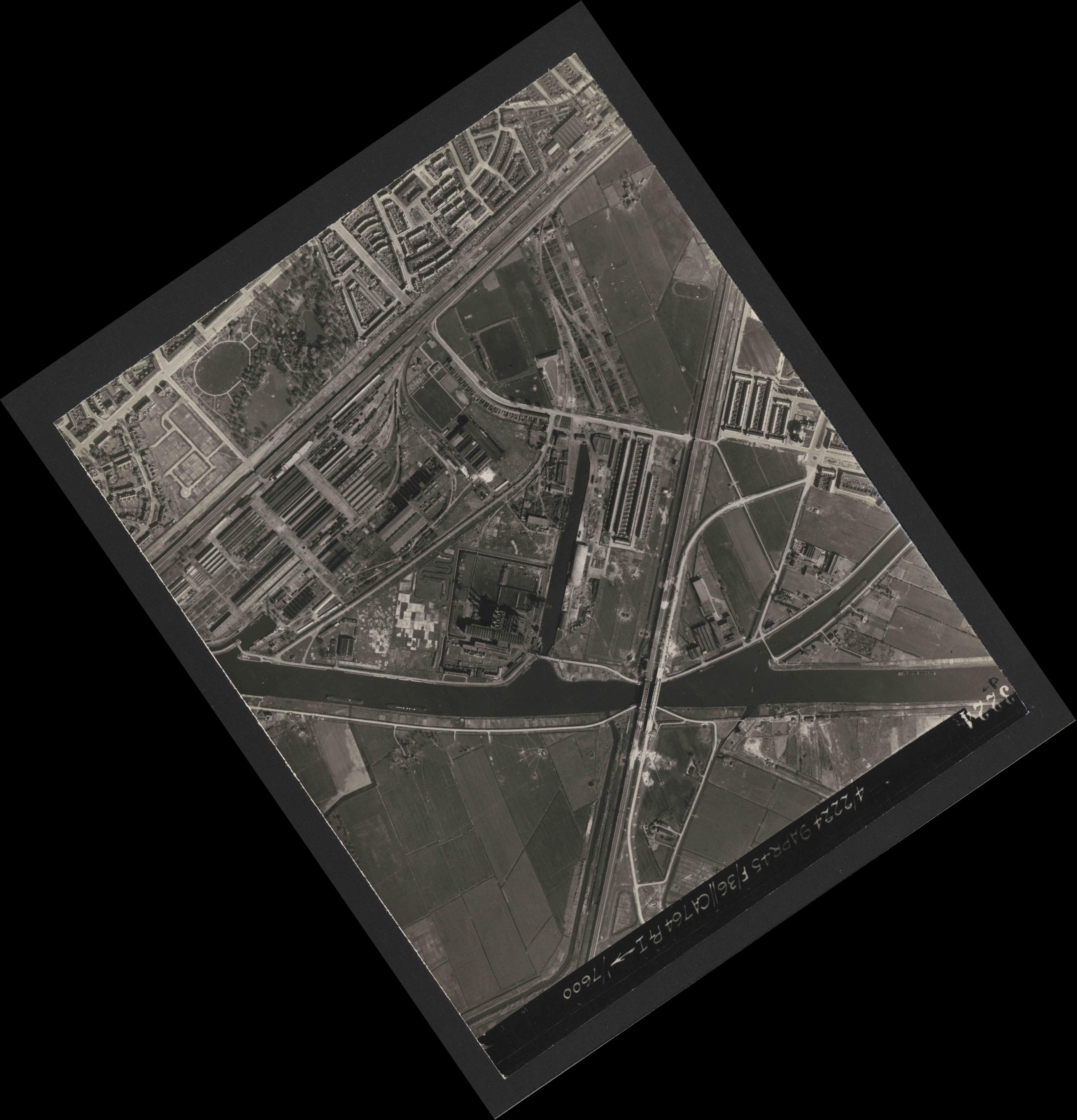 Collection RAF aerial photos 1940-1945 - flight 271, run 13, photo 3224