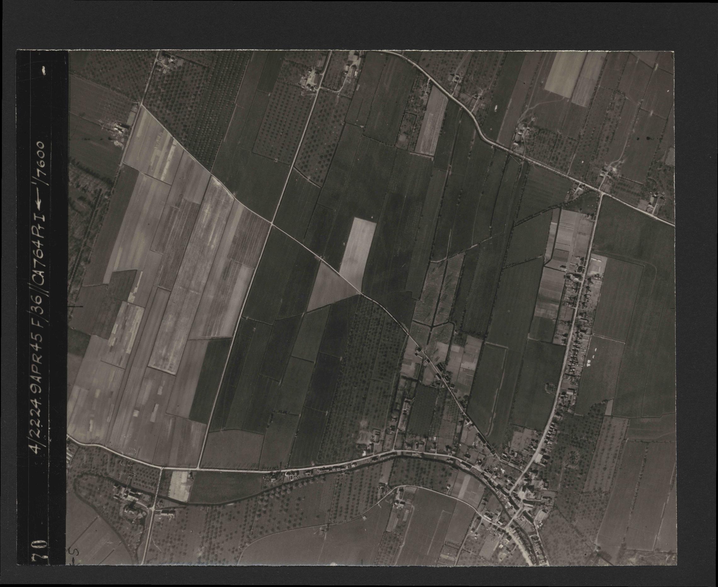 Collection RAF aerial photos 1940-1945 - flight 271, run 19, photo 4070