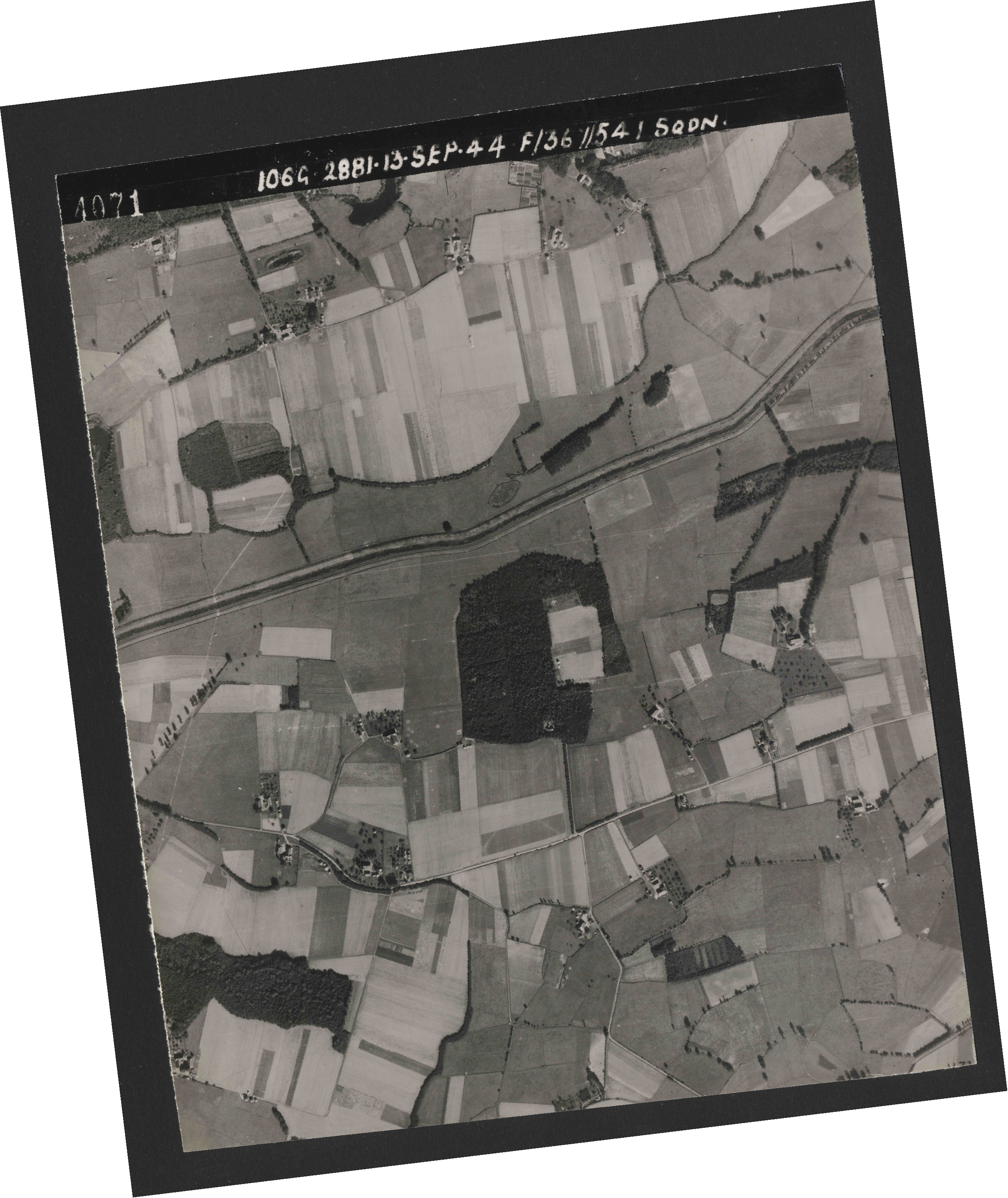 Collection RAF aerial photos 1940-1945 - flight 298, run 18, photo 4071