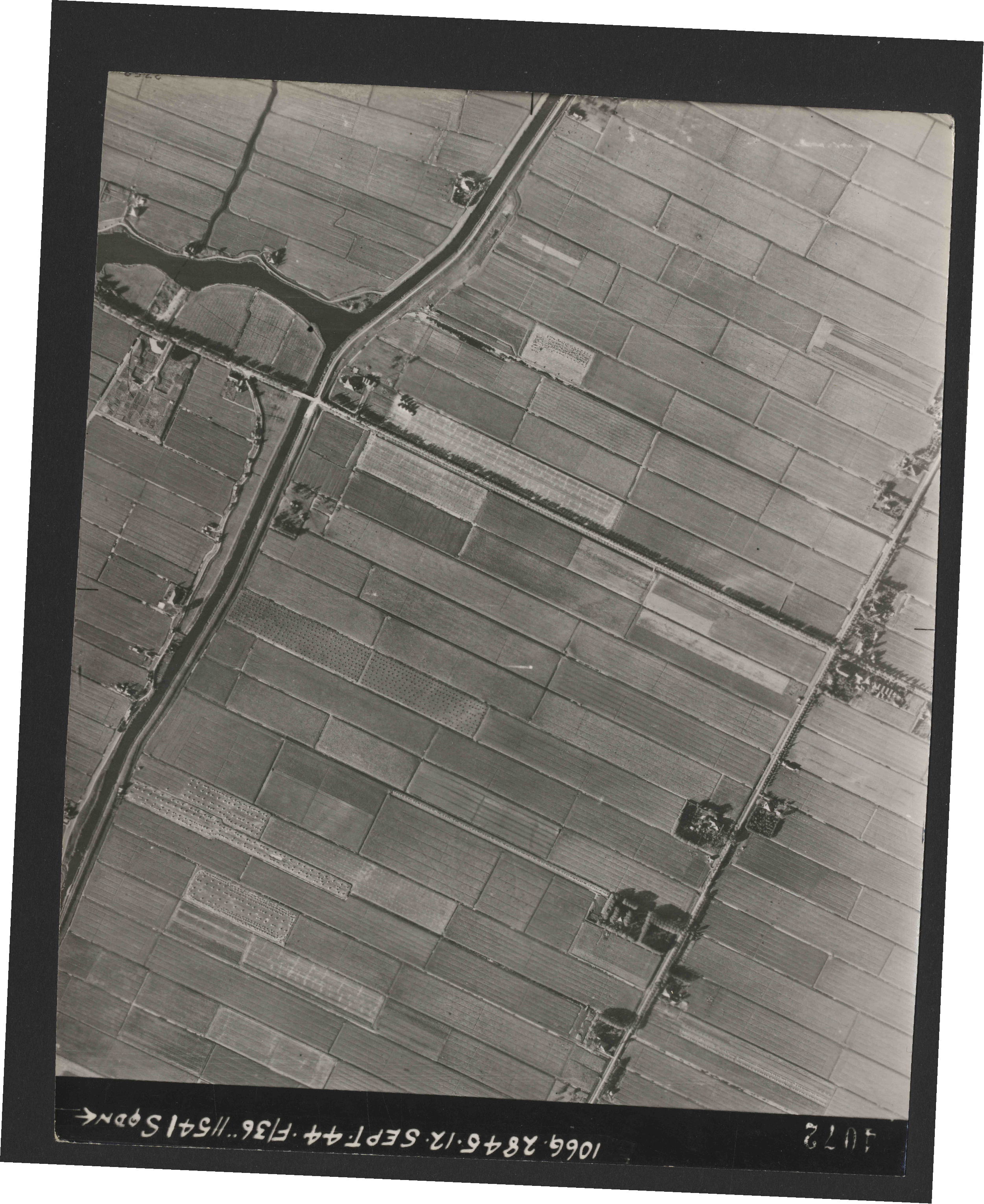 Collection RAF aerial photos 1940-1945 - flight 299, run 04, photo 4072