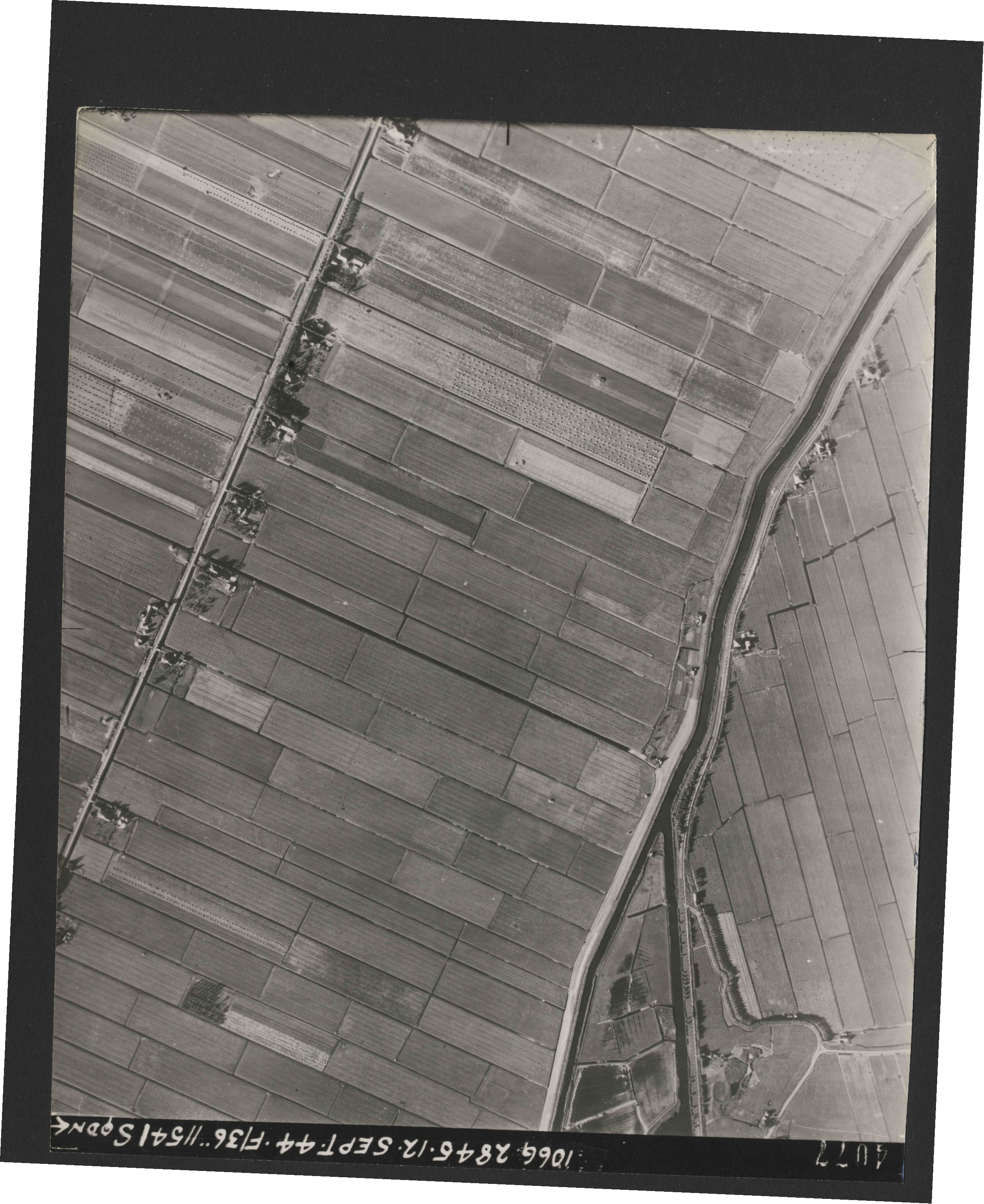 Collection RAF aerial photos 1940-1945 - flight 299, run 04, photo 4077