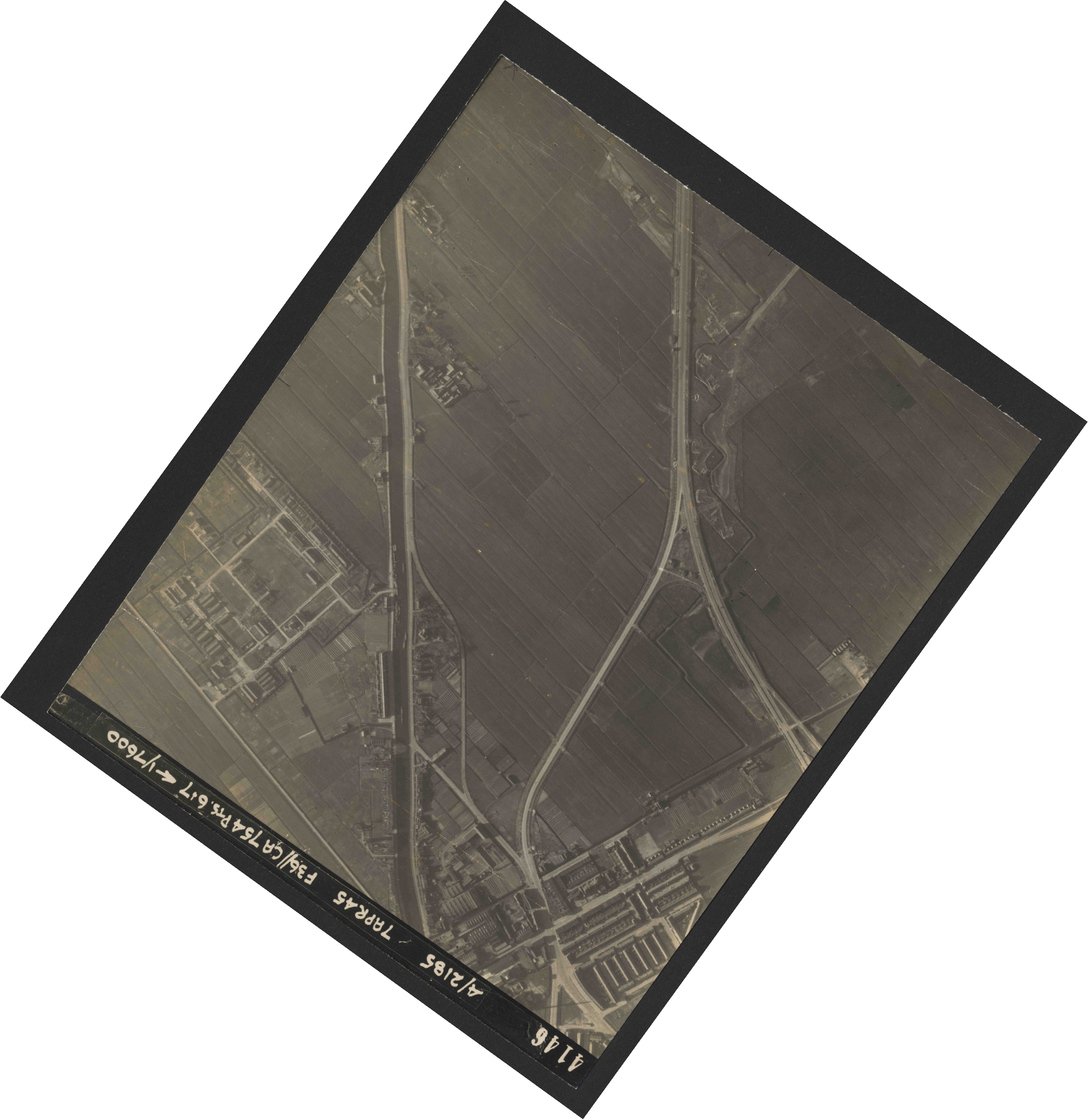 Collection RAF aerial photos 1940-1945 - flight 303, run 13, photo 4146