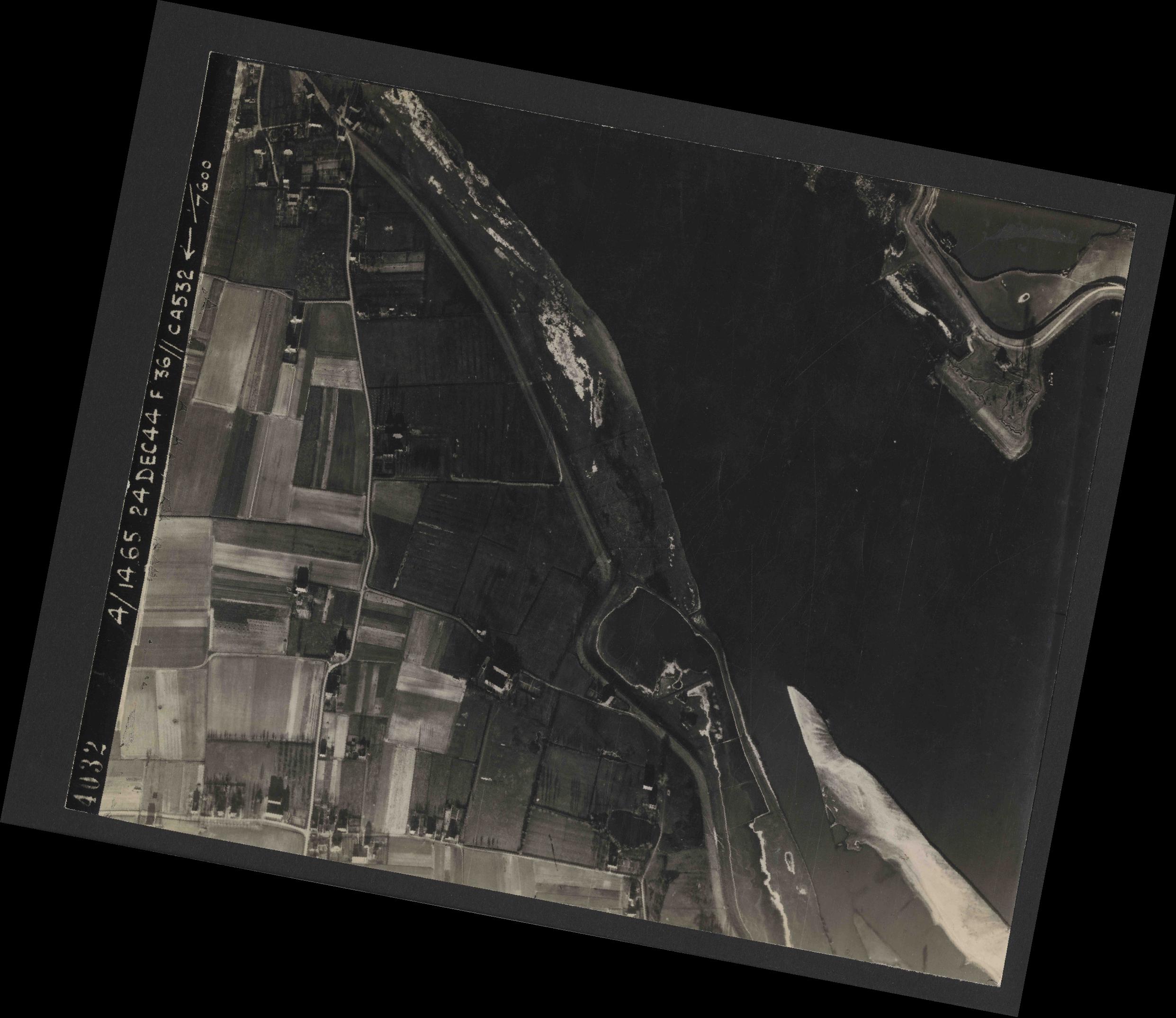 Collection RAF aerial photos 1940-1945 - flight 304, run 03, photo 4032