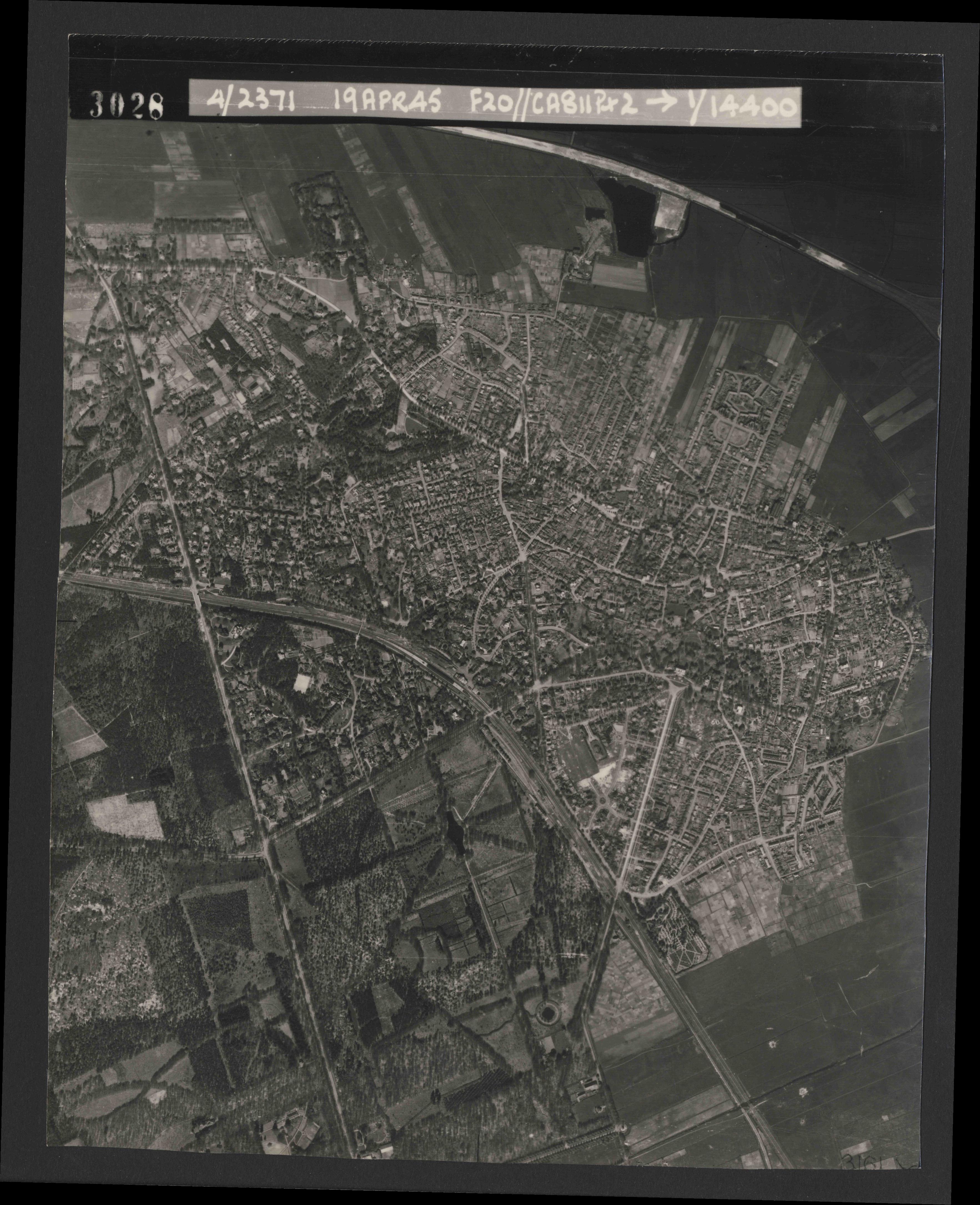Collection RAF aerial photos 1940-1945 - flight 305, run 01, photo 3028