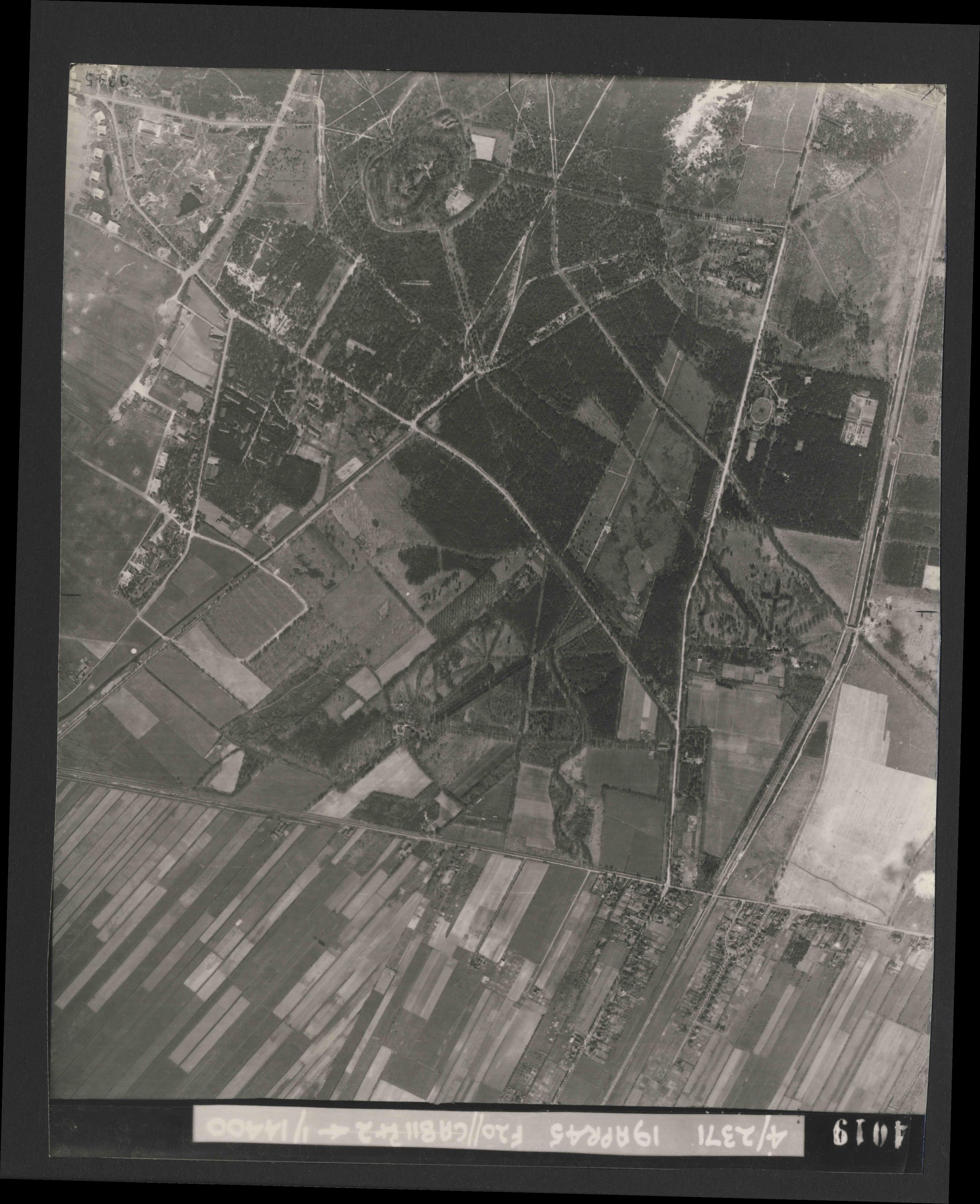 Collection RAF aerial photos 1940-1945 - flight 305, run 02, photo 4019