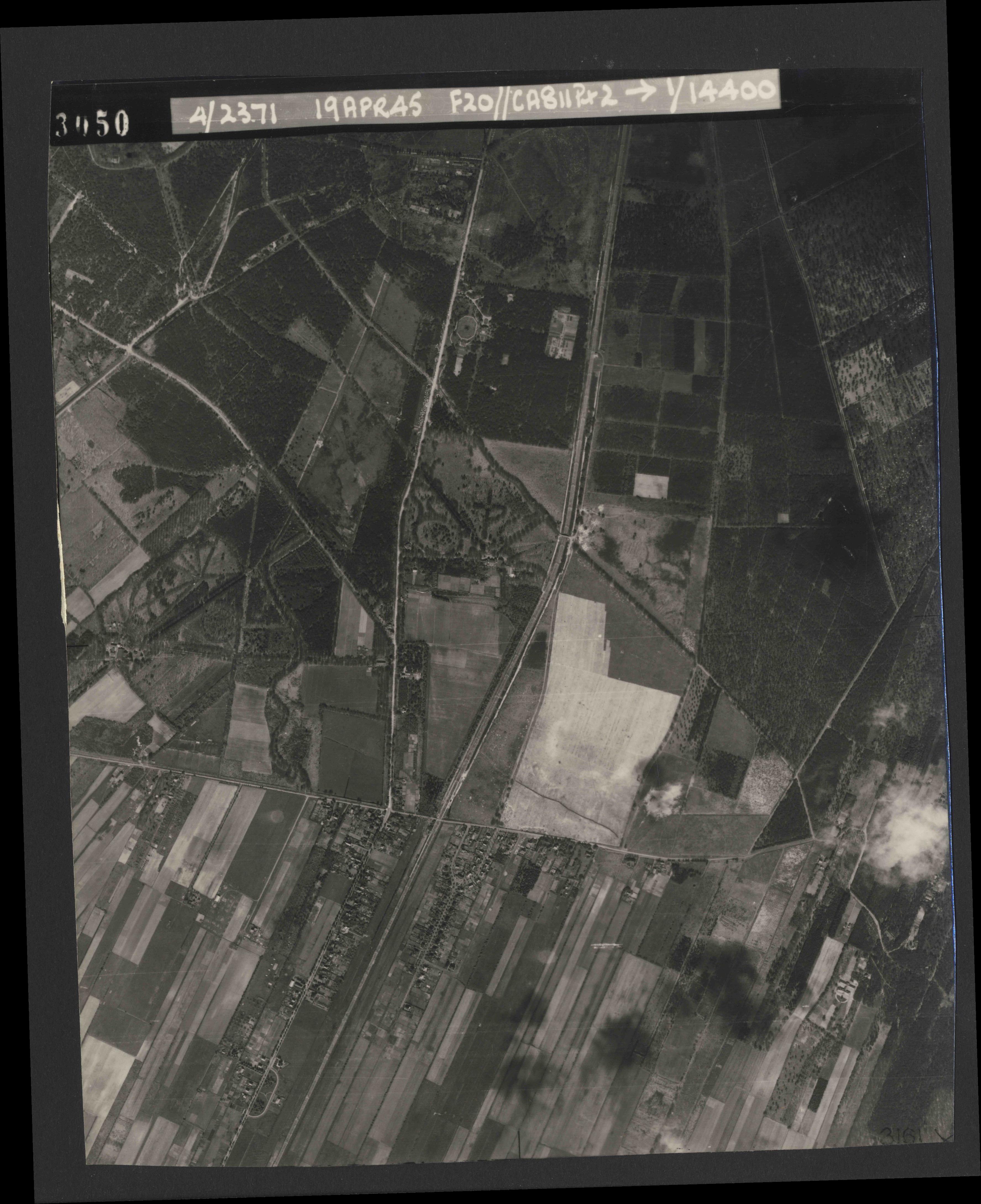 Collection RAF aerial photos 1940-1945 - flight 305, run 03, photo 3050