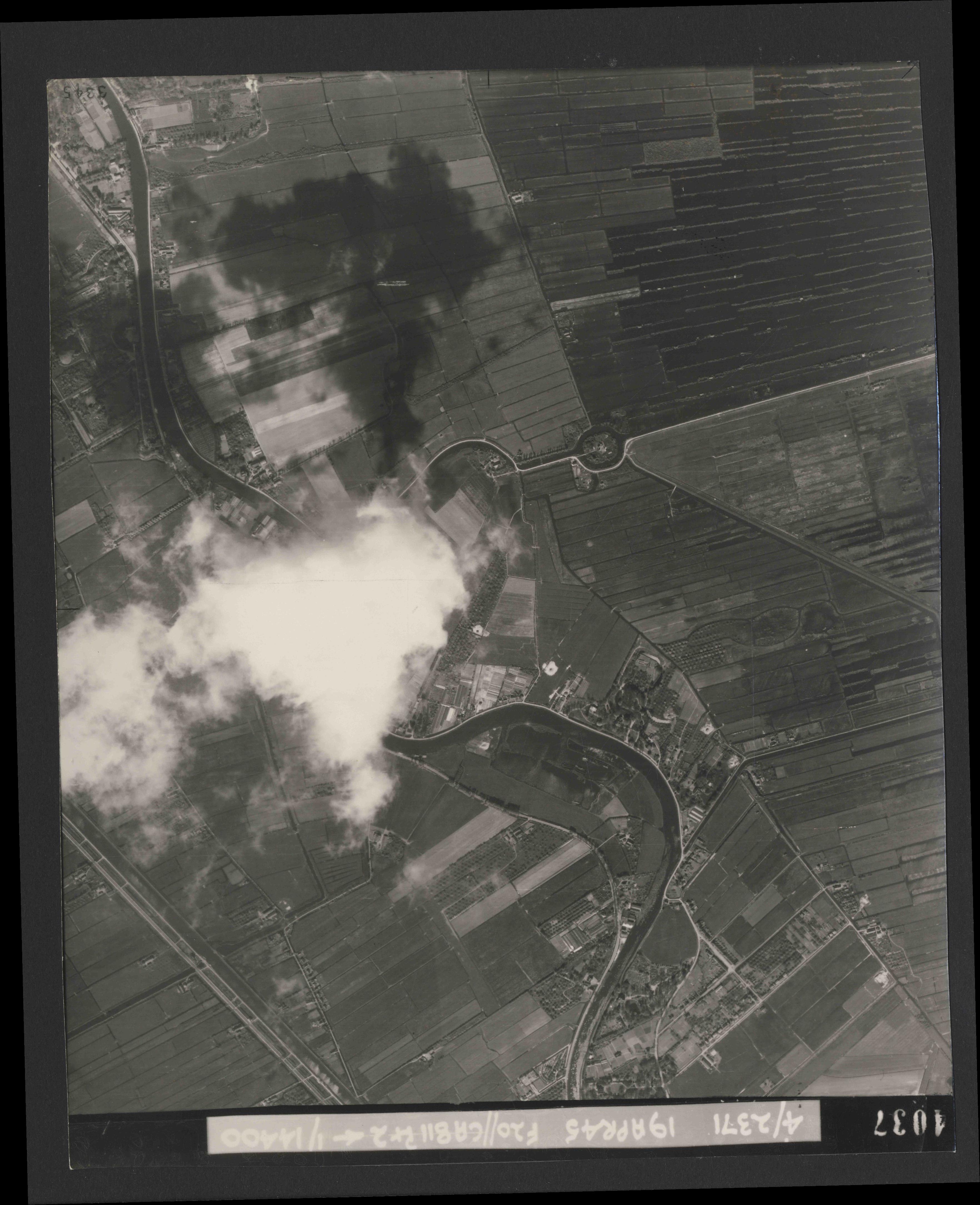 Collection RAF aerial photos 1940-1945 - flight 305, run 04, photo 4037