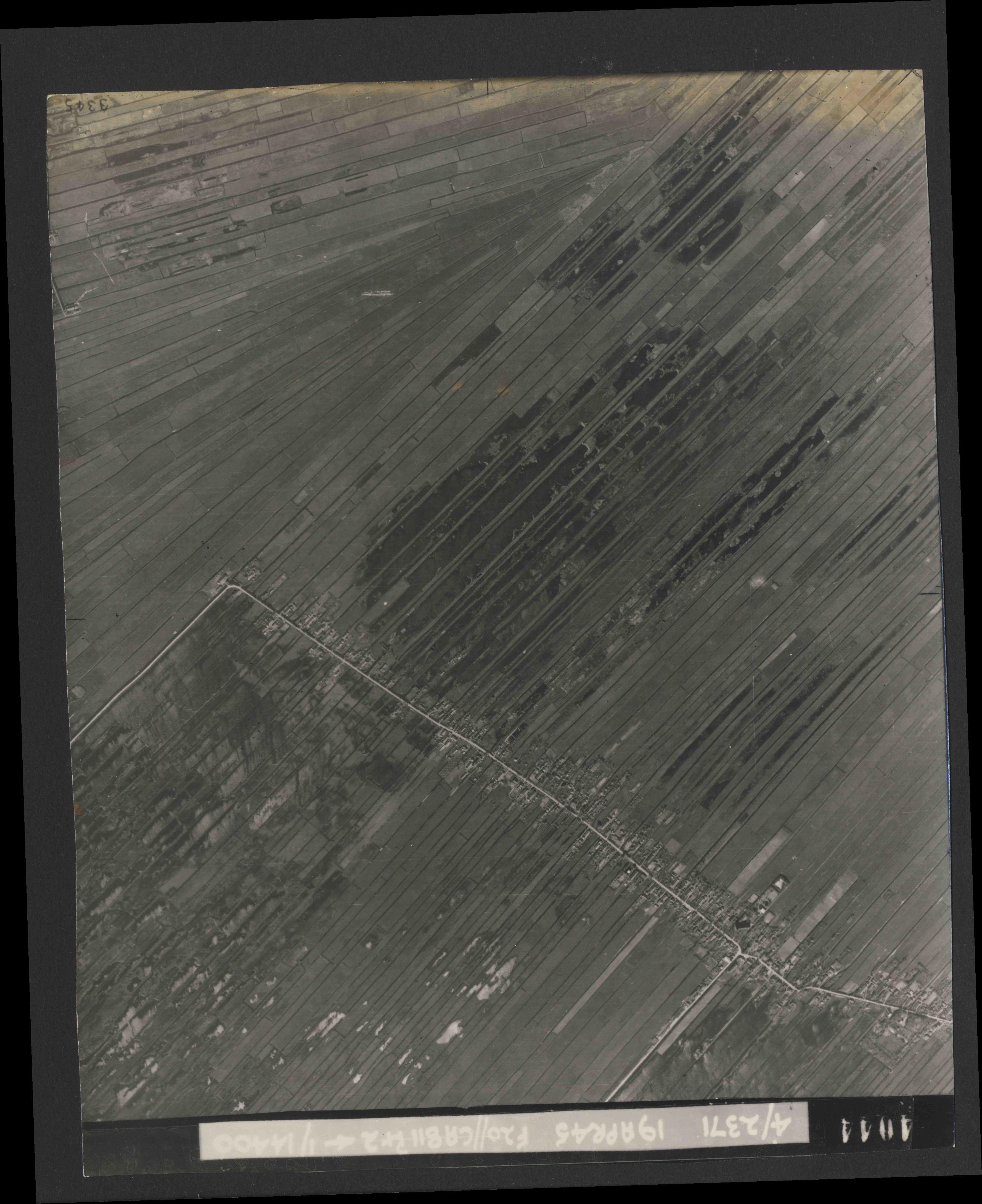 Collection RAF aerial photos 1940-1945 - flight 305, run 04, photo 4044