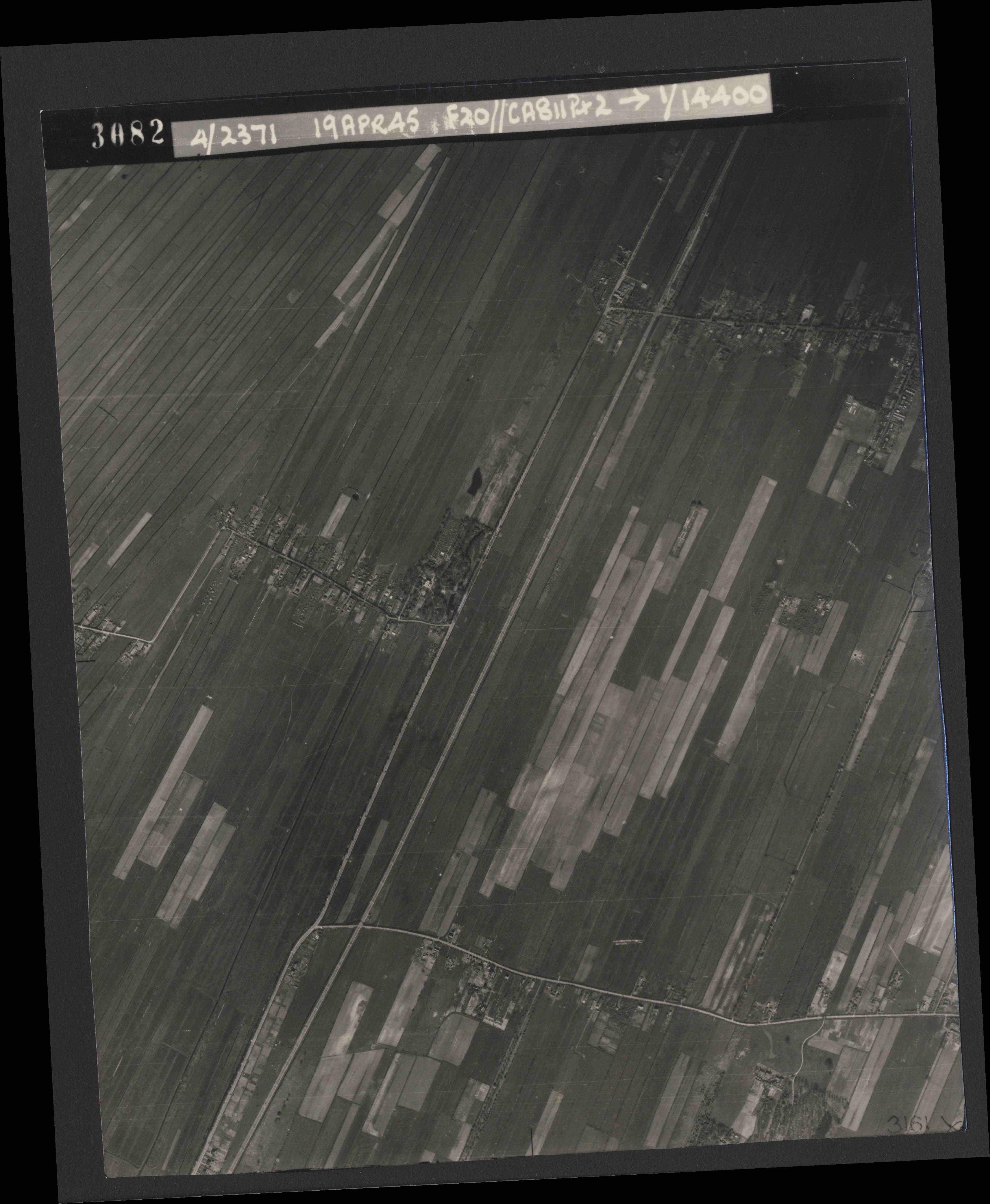 Collection RAF aerial photos 1940-1945 - flight 305, run 05, photo 3082