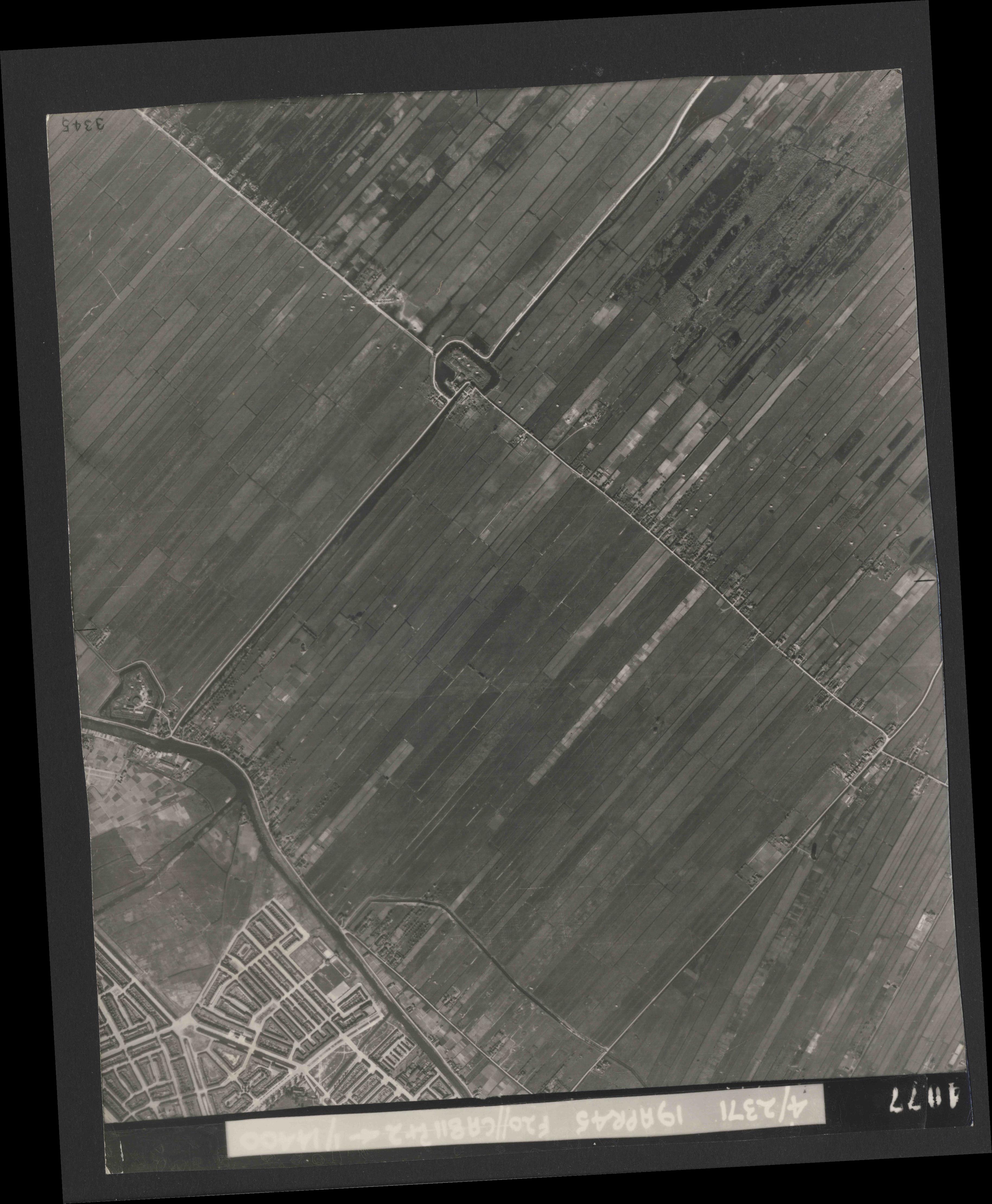 Collection RAF aerial photos 1940-1945 - flight 305, run 06, photo 4077