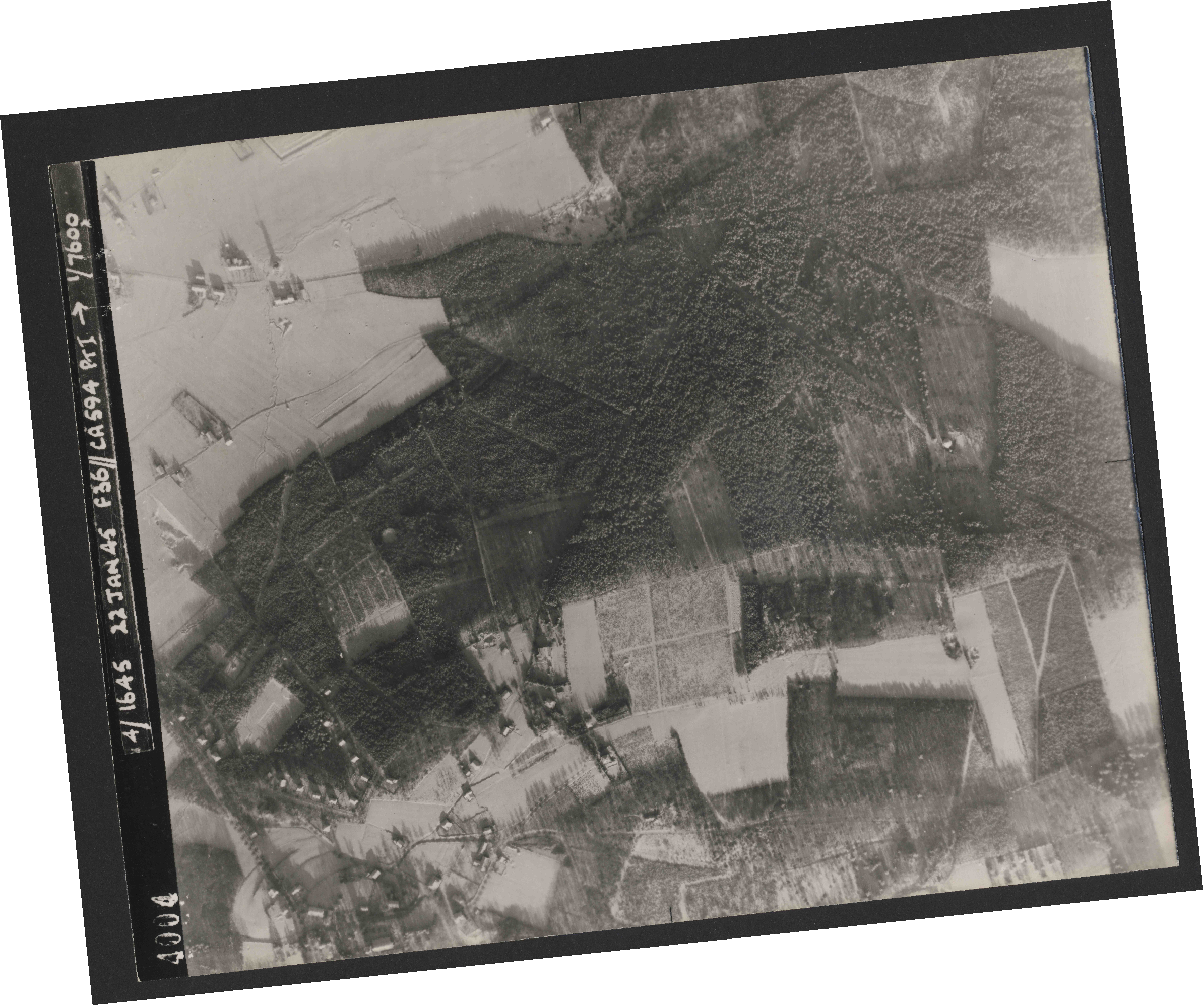 Collection RAF aerial photos 1940-1945 - flight 319, run 02, photo 4004