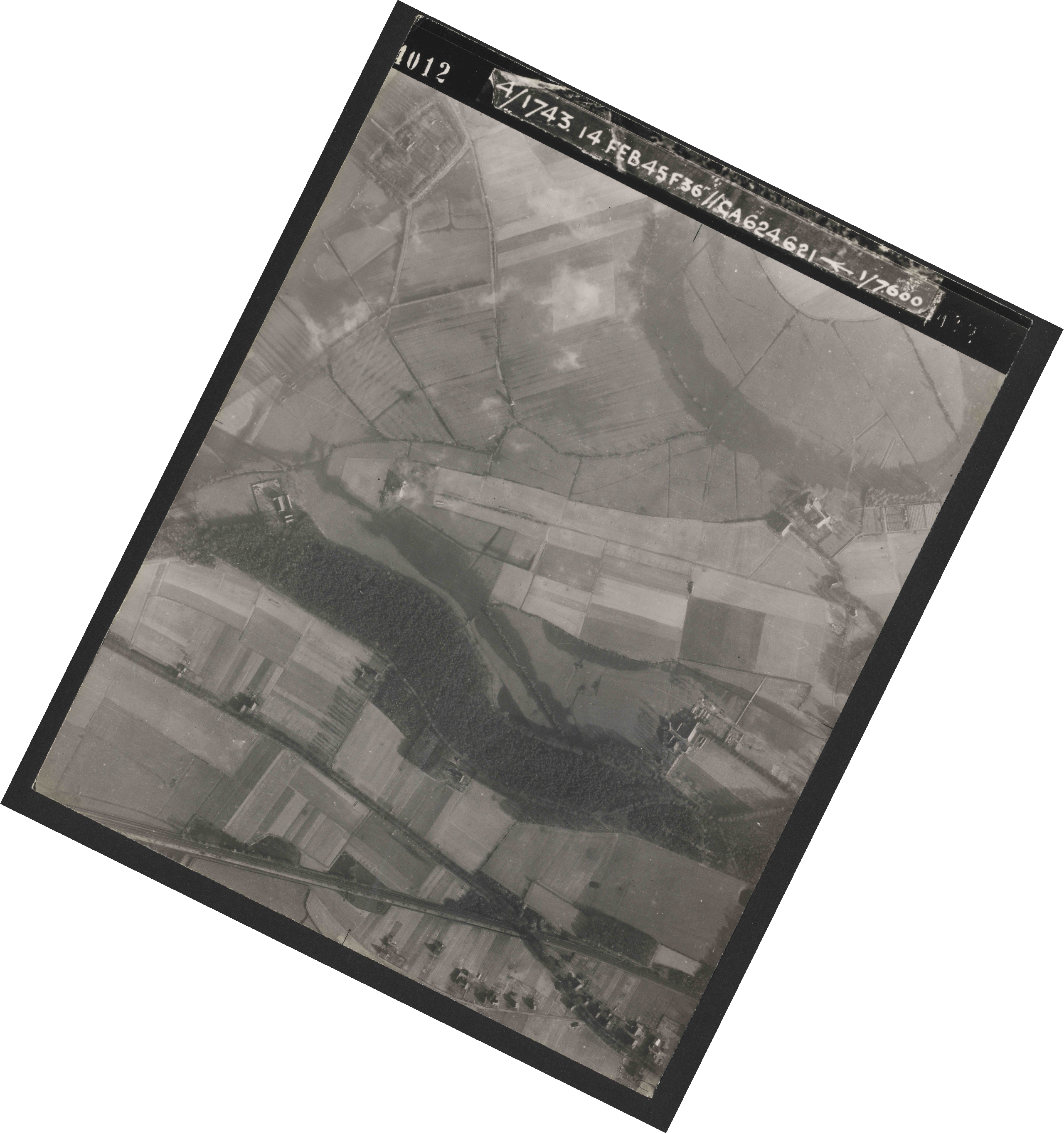 Collection RAF aerial photos 1940-1945 - flight 323, run 02, photo 4012