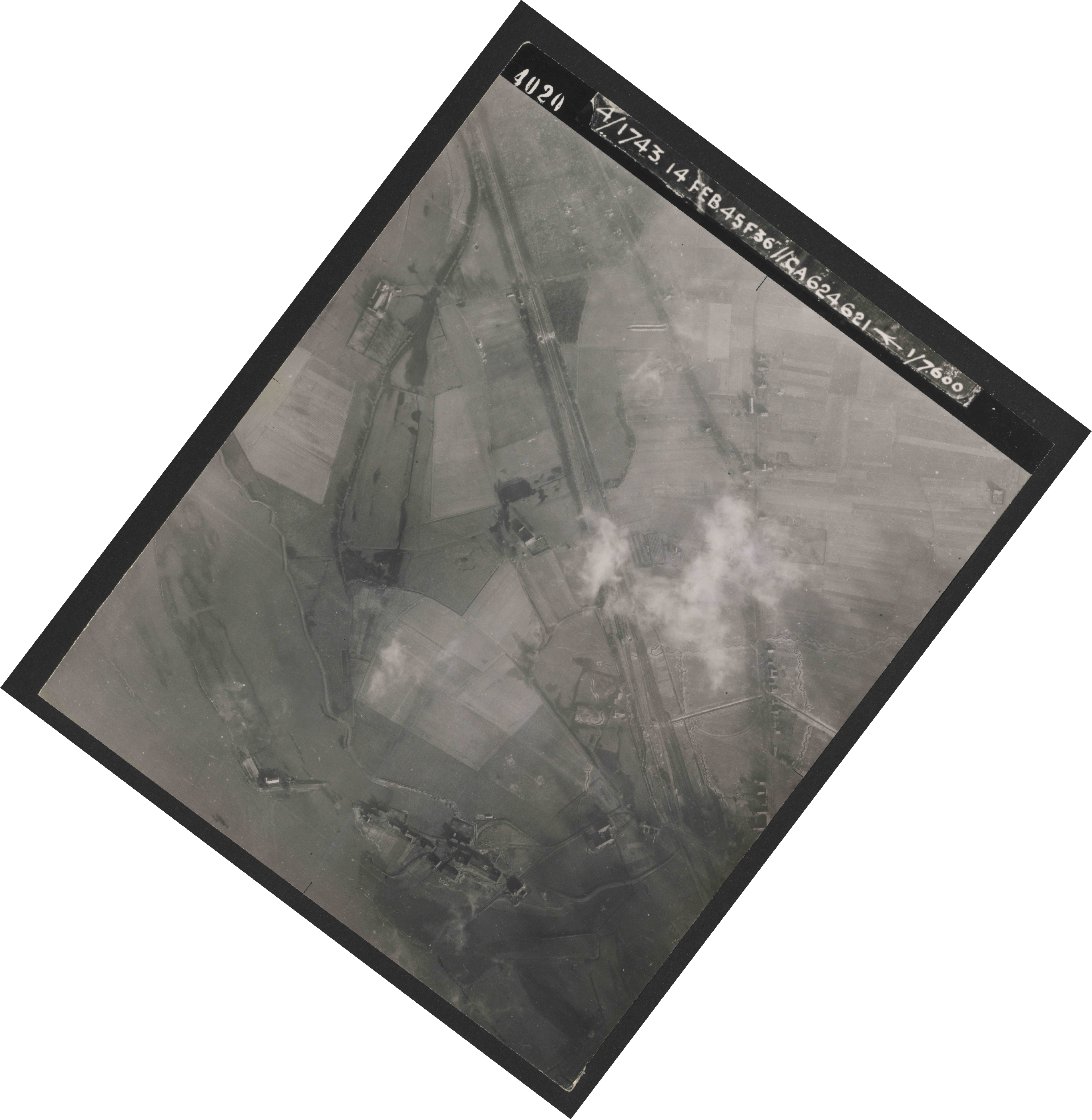 Collection RAF aerial photos 1940-1945 - flight 323, run 02, photo 4020