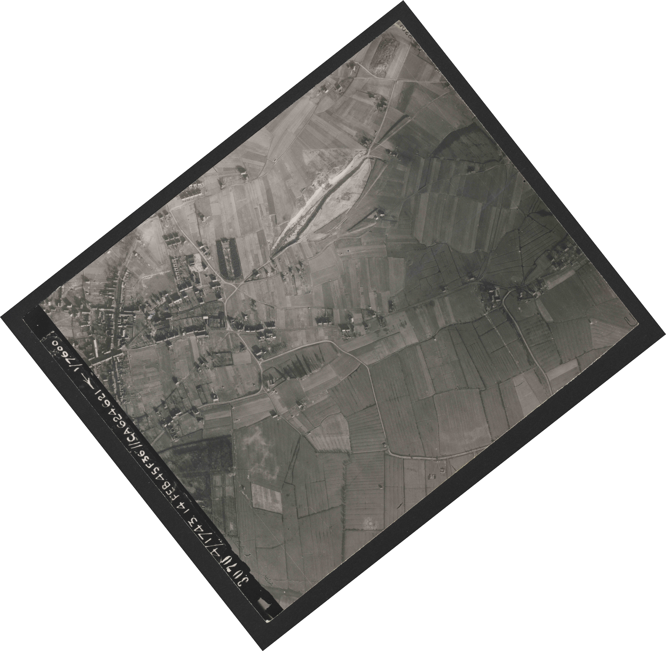 Collection RAF aerial photos 1940-1945 - flight 323, run 04, photo 3070