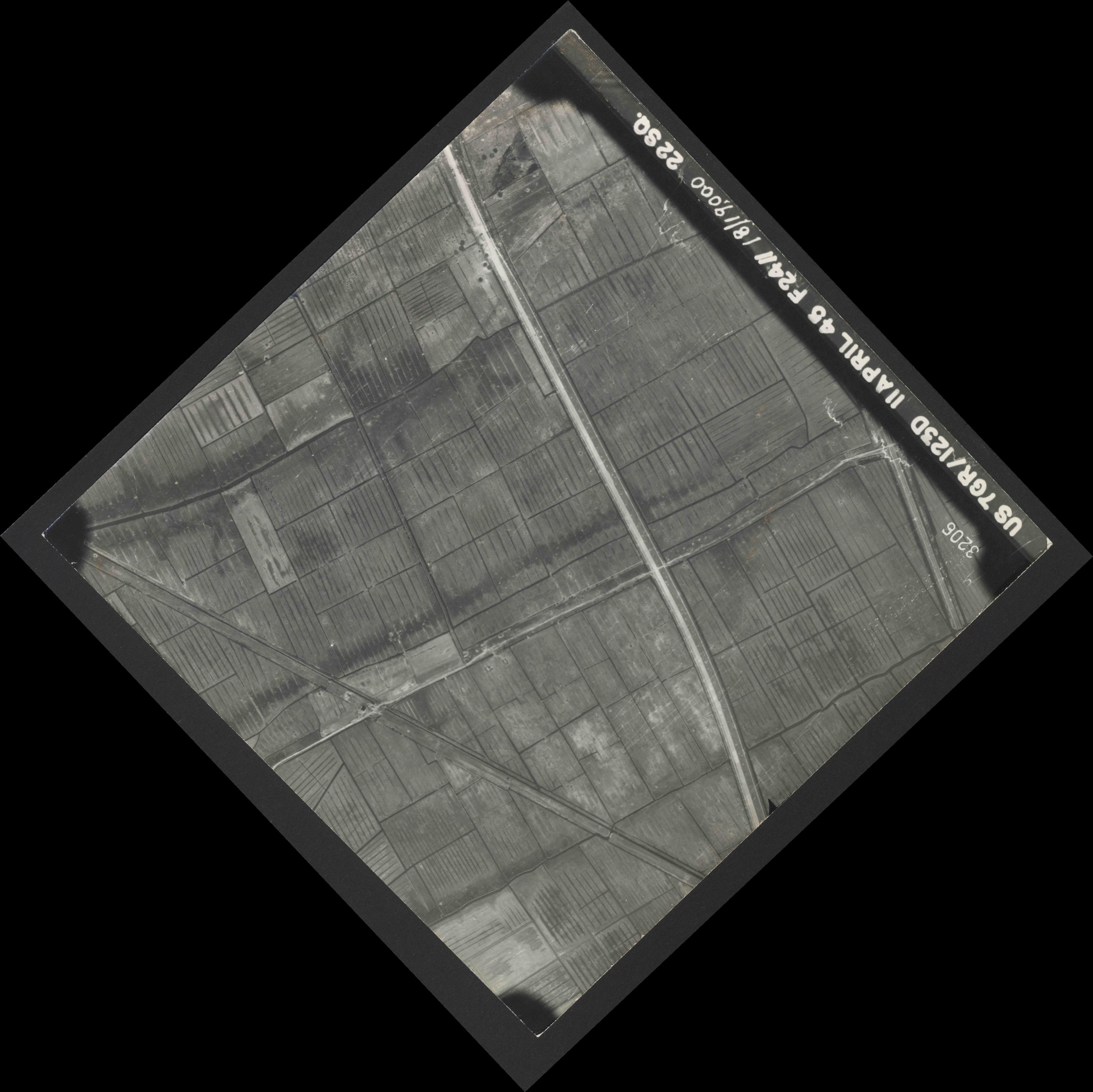 Collection RAF aerial photos 1940-1945 - flight 325, run 01, photo 3206