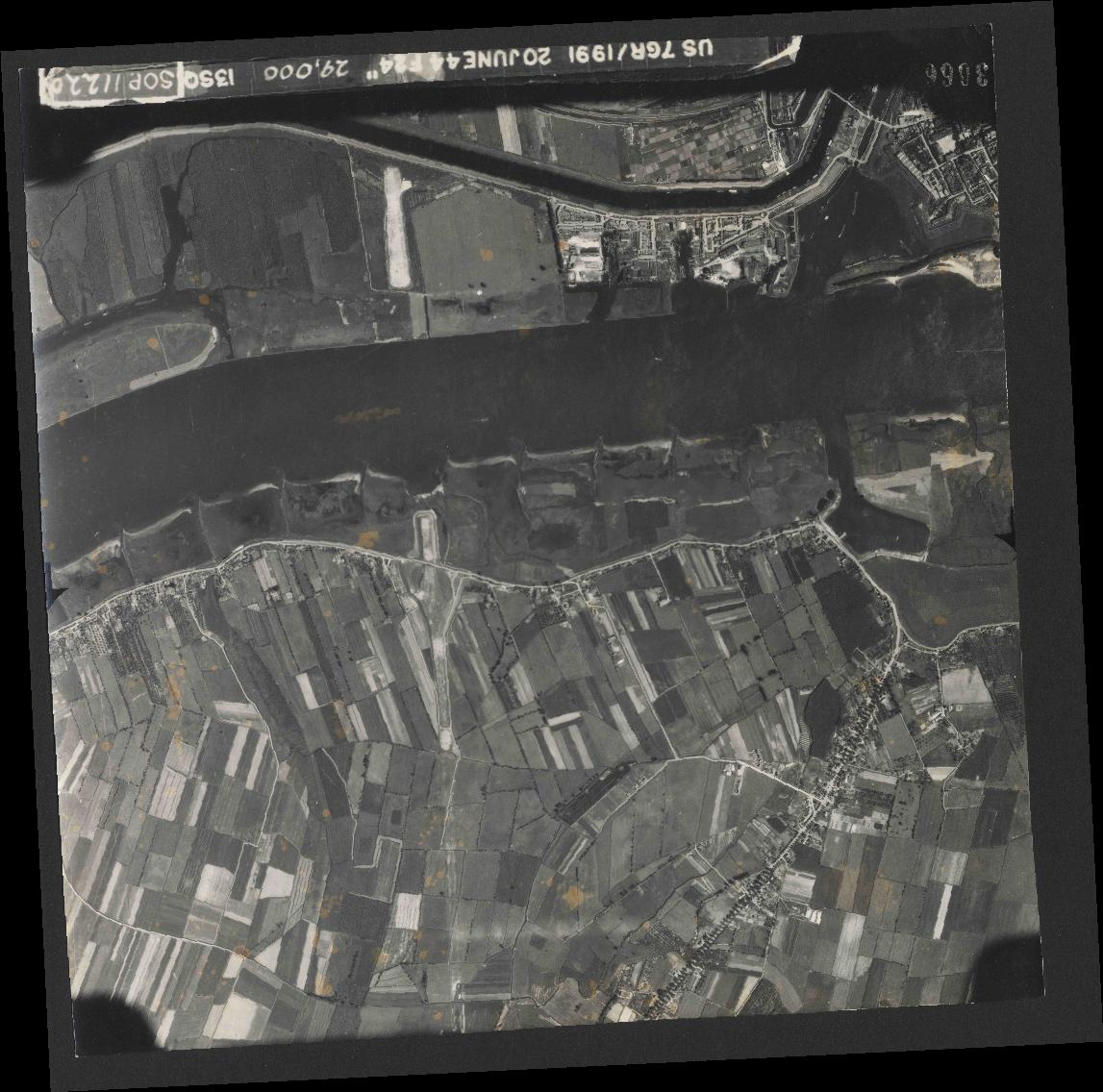 Collection RAF aerial photos 1940-1945 - flight 343, run 13, photo 3066