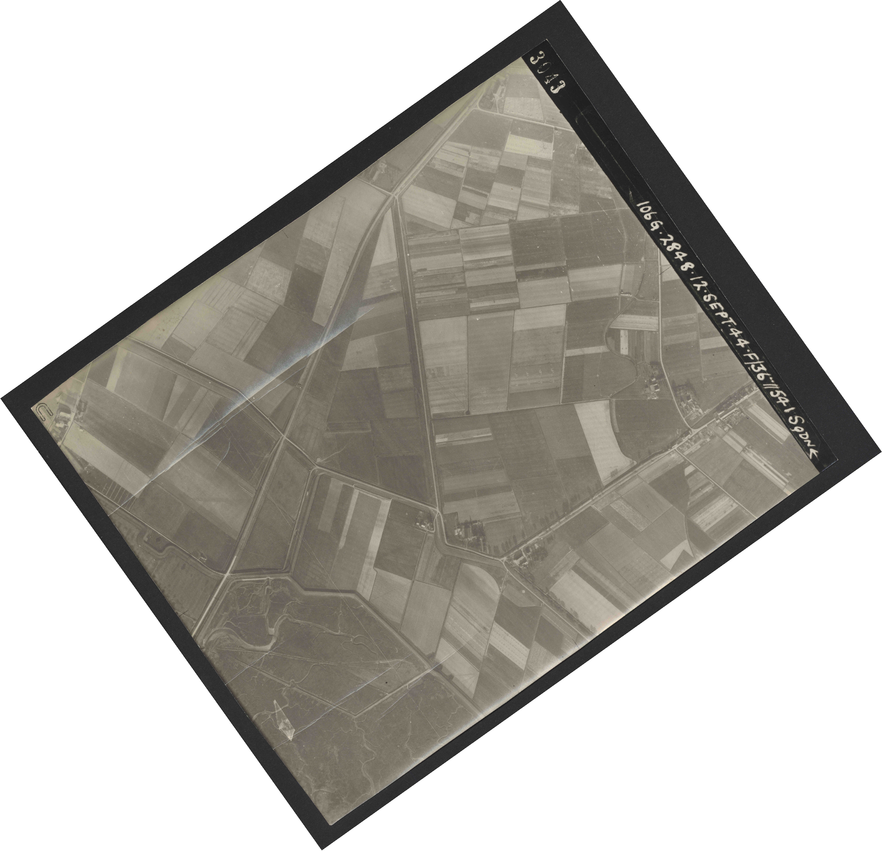 Collection RAF aerial photos 1940-1945 - flight 350, run 01, photo 3043