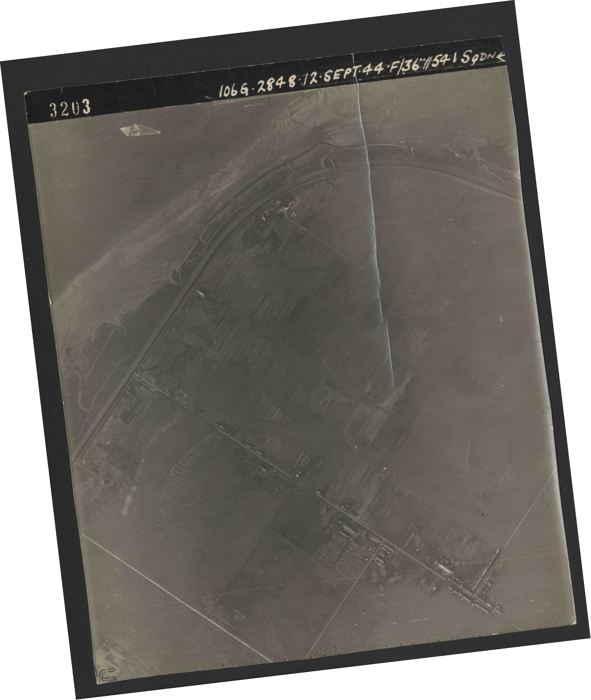 Collection RAF aerial photos 1940-1945 - flight 350, run 04, photo 3203