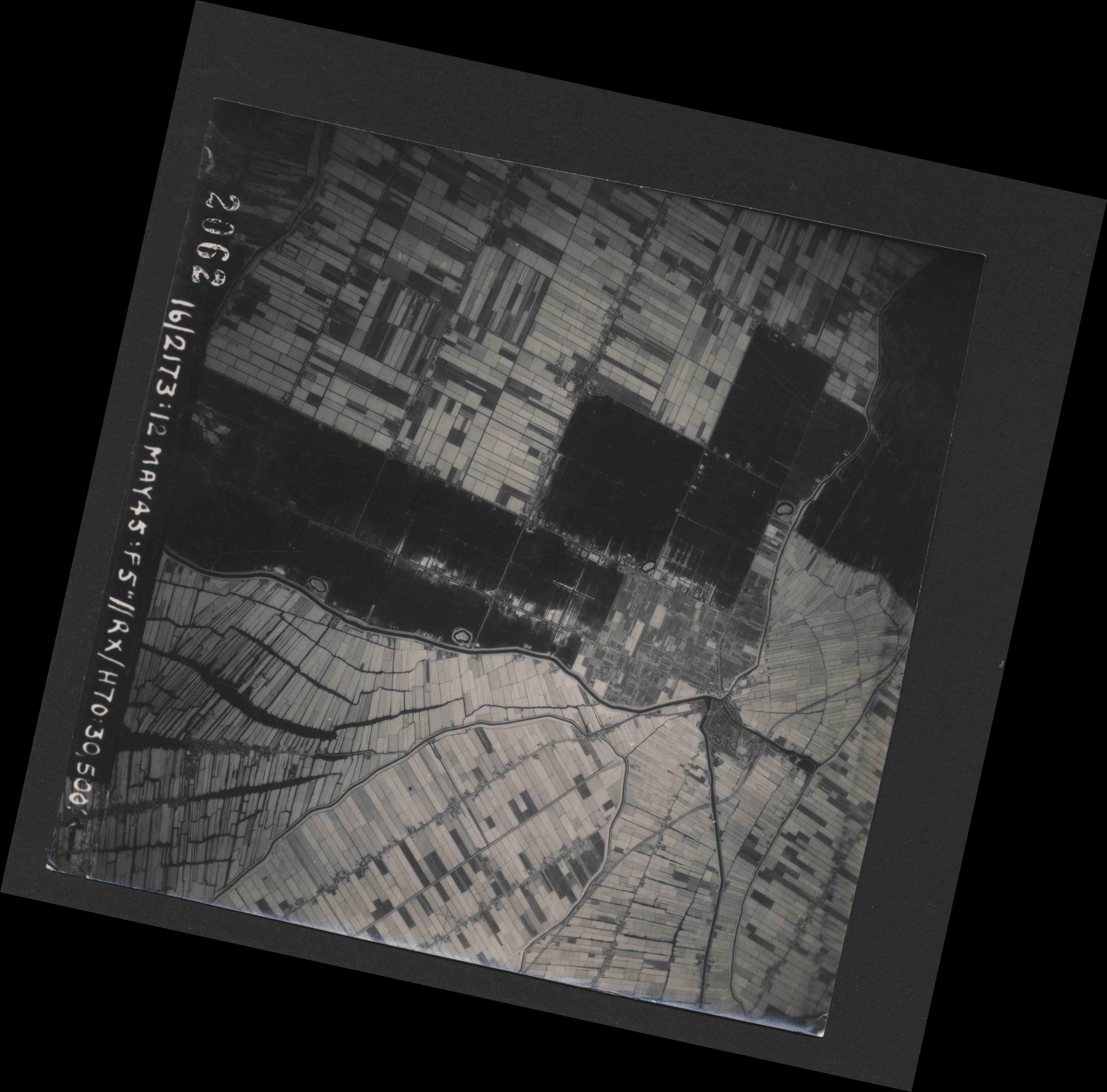 Collection RAF aerial photos 1940-1945 - flight 516, run 02, photo 2062