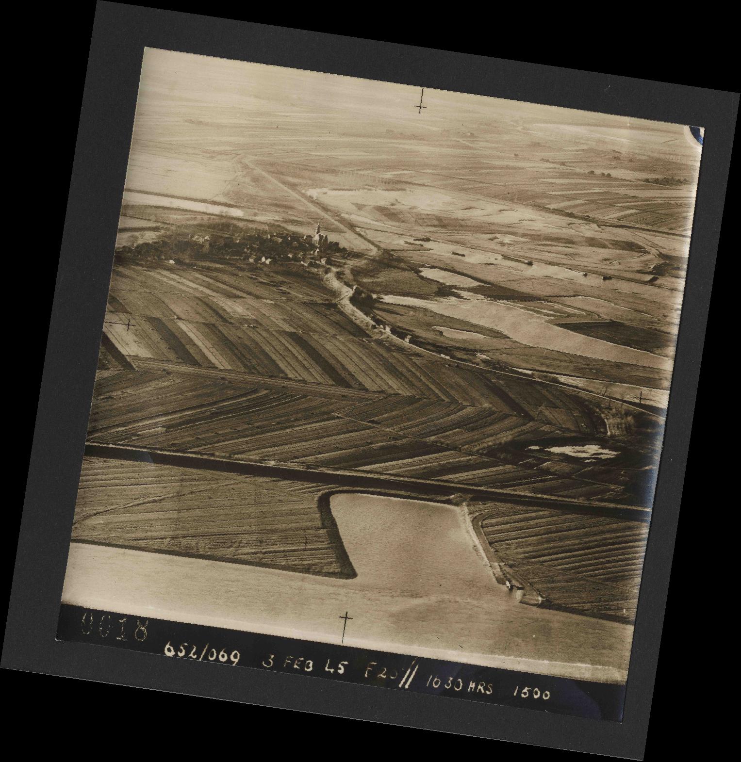 Collection RAF aerial photos 1940-1945 - flight 542, run 01, photo 0018
