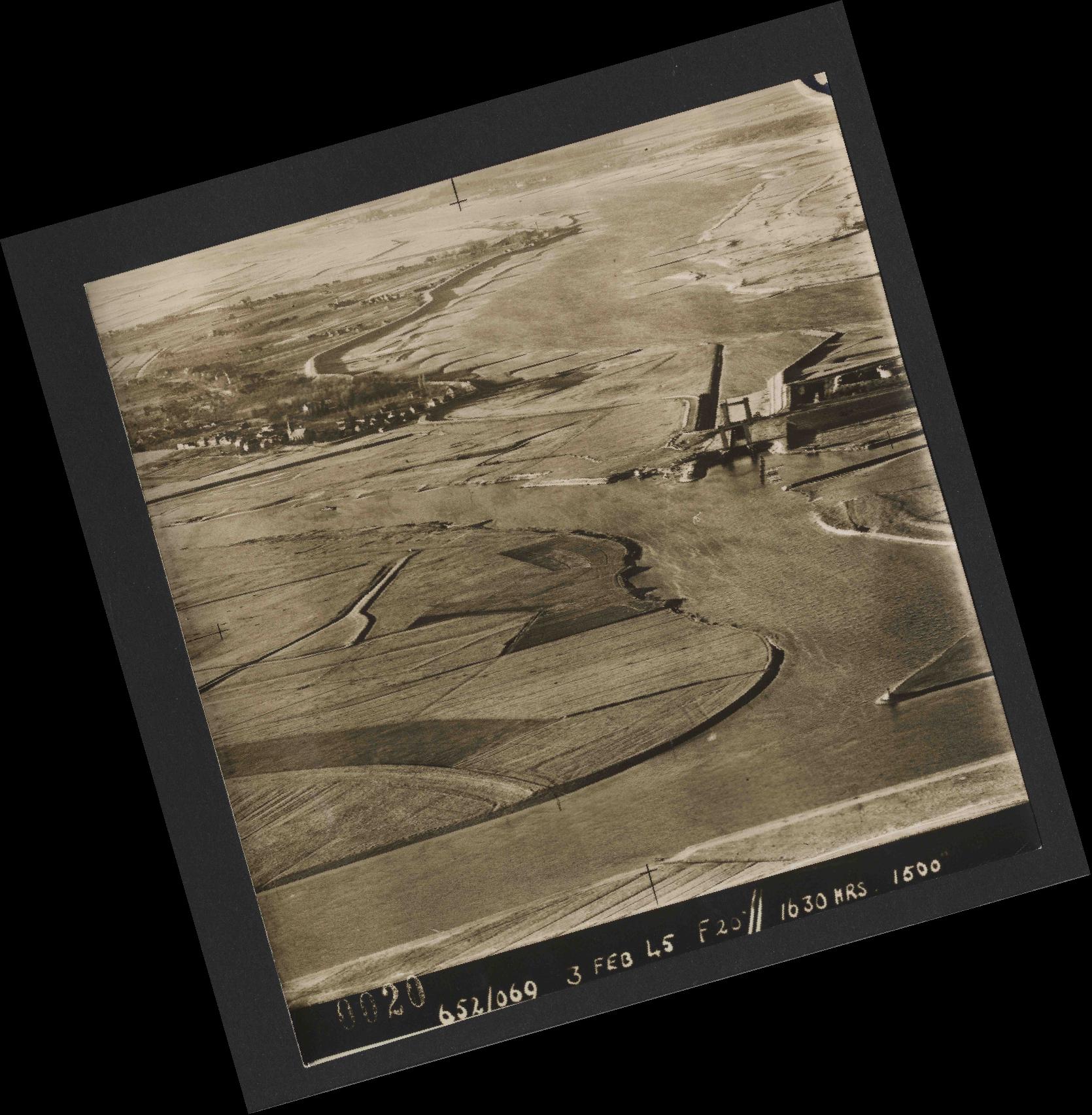 Collection RAF aerial photos 1940-1945 - flight 542, run 01, photo 0020