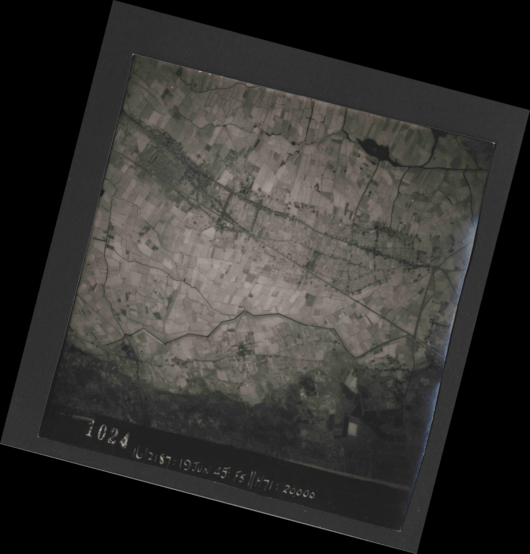 Collection RAF aerial photos 1940-1945 - flight 551, run 01, photo 1024