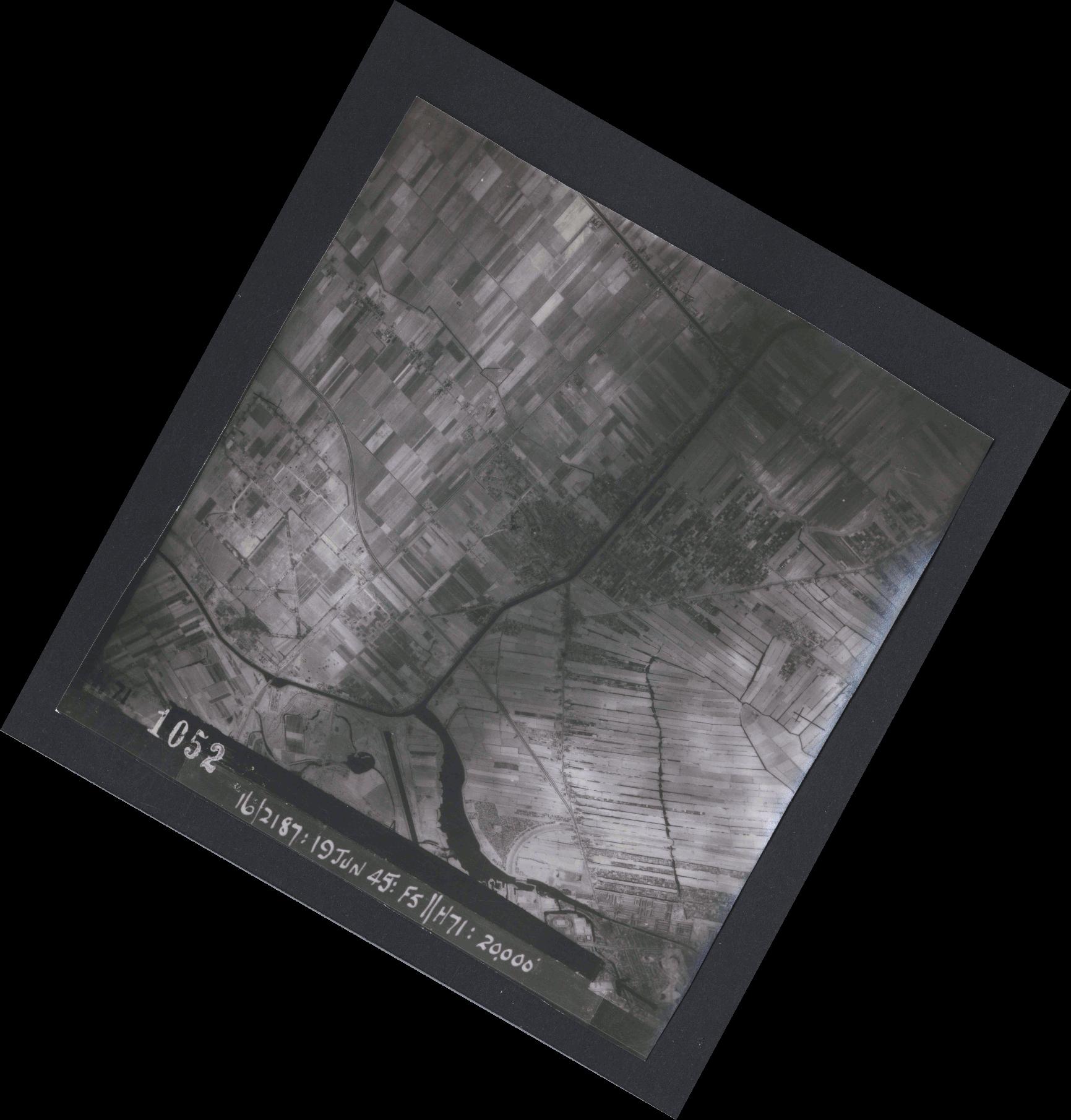 Collection RAF aerial photos 1940-1945 - flight 551, run 01, photo 1052