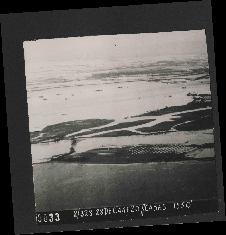 Collection RAF aerial photos 1940-1945 - flight 556, run 01, photo 0033